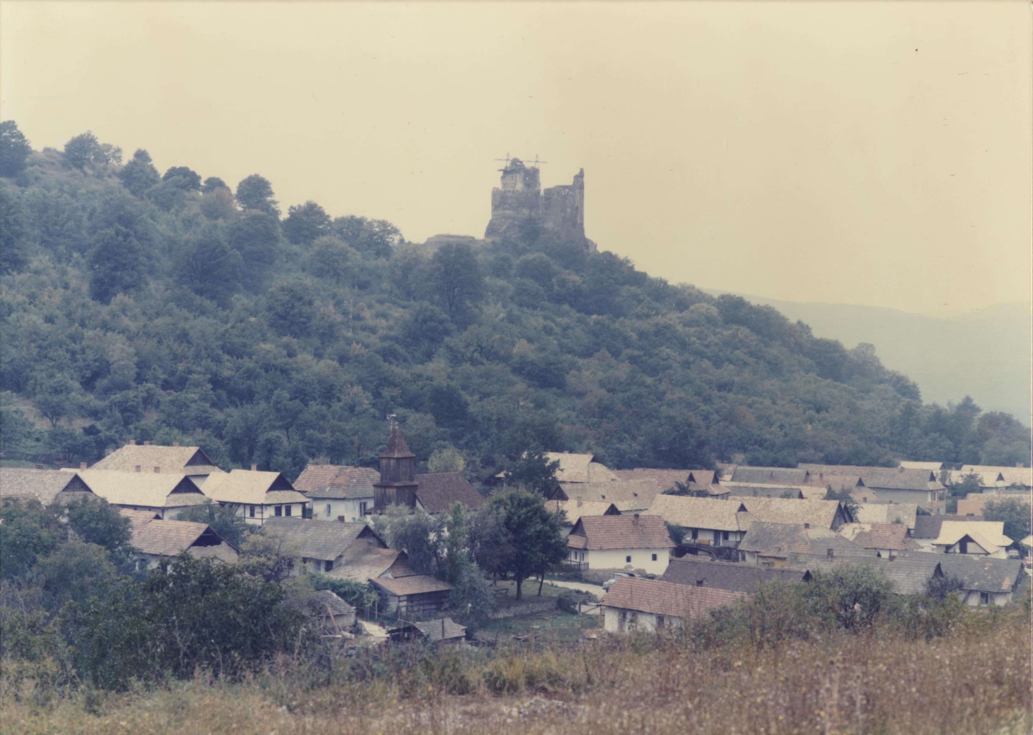 Hollókő látképe a várral