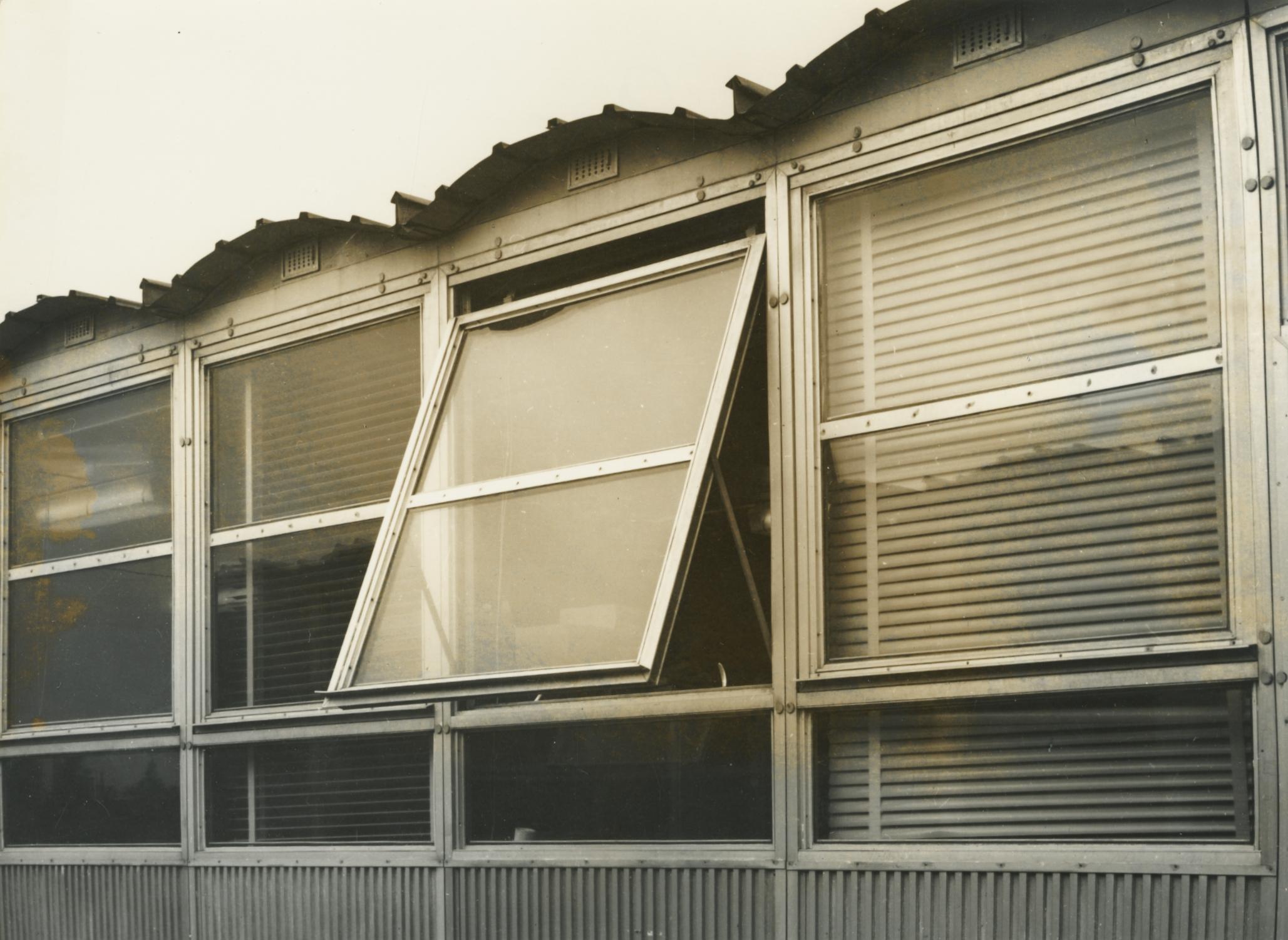 Előregyártott építmény ablaka