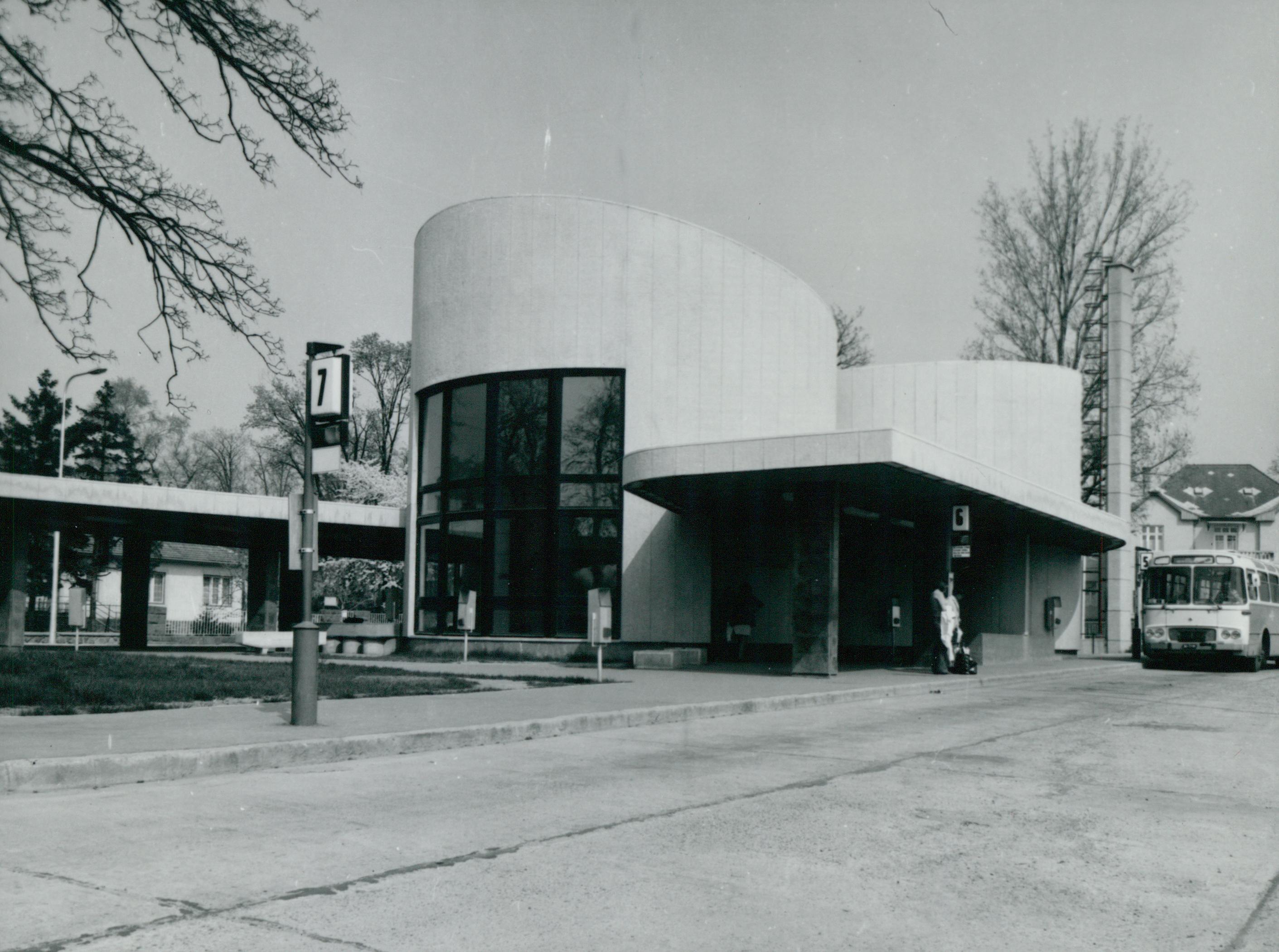 A balatonalmádi autóbusz-pályaudvar főhomlokzata