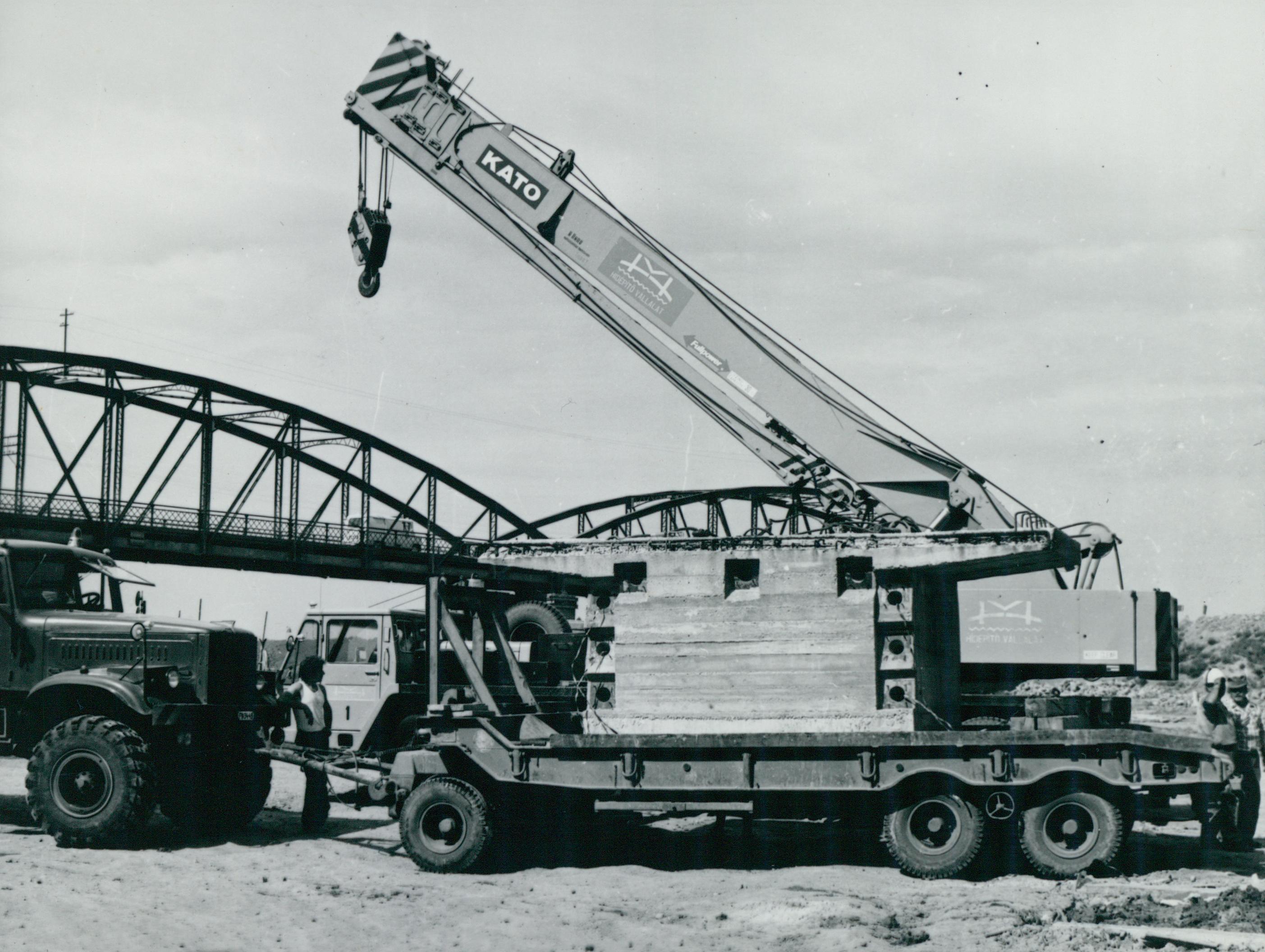 A Hídépítő Vállalat darus autója a köröstarcsai Kettős-Körös híd építésénél