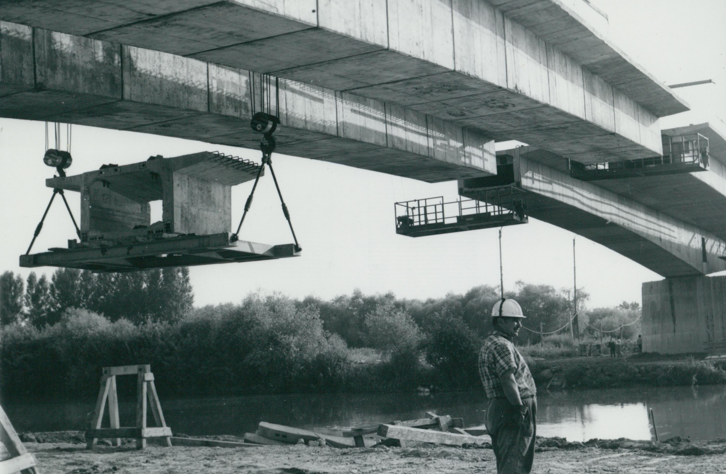 A köröstarcsai Kettős-Körös-híd beemelése