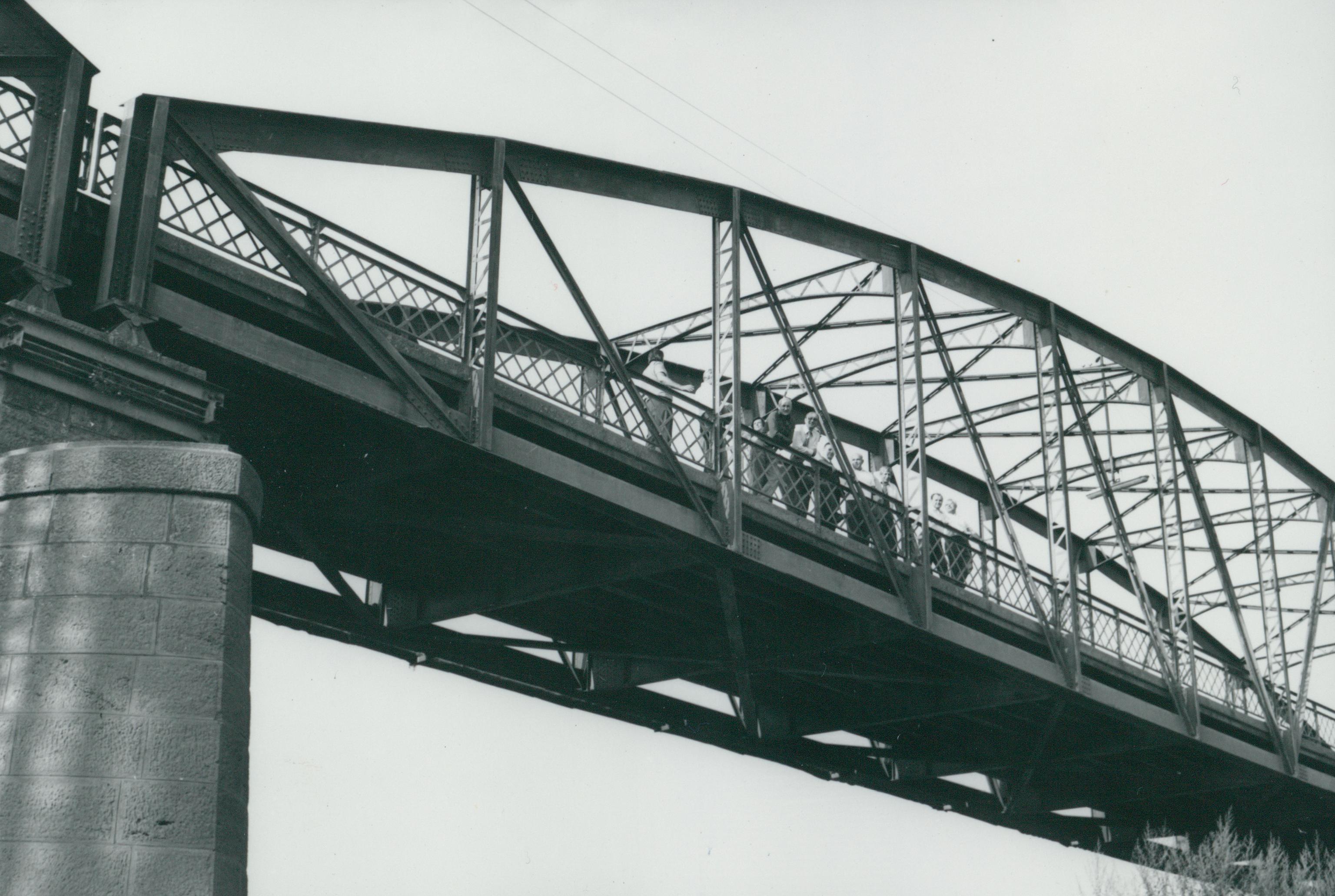 A köröstarcsai Kettős-Körös-híd építése közbeni miniszteri látogatás