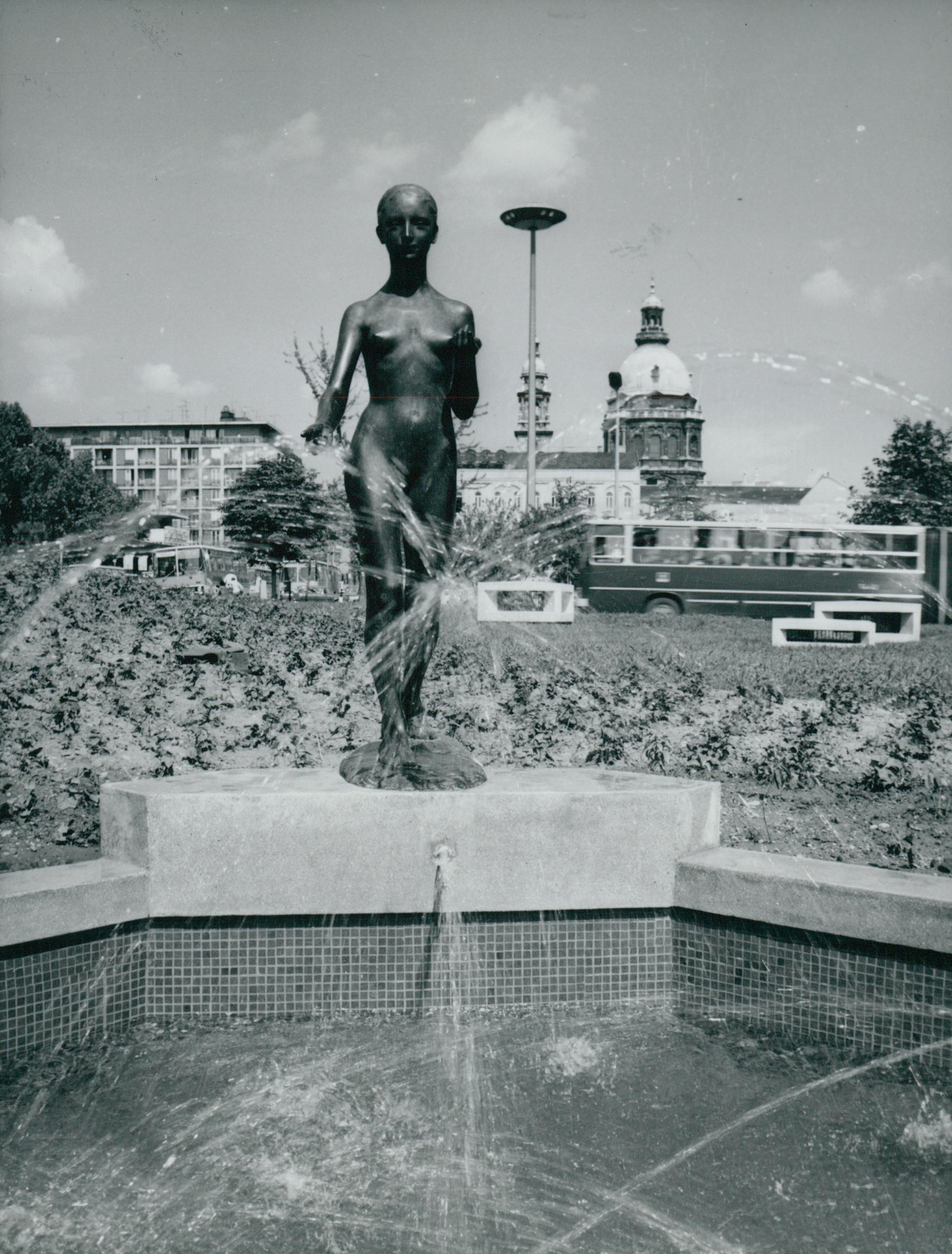 Csikász Imre Tavasz című szobra a Deák Ferenc téren