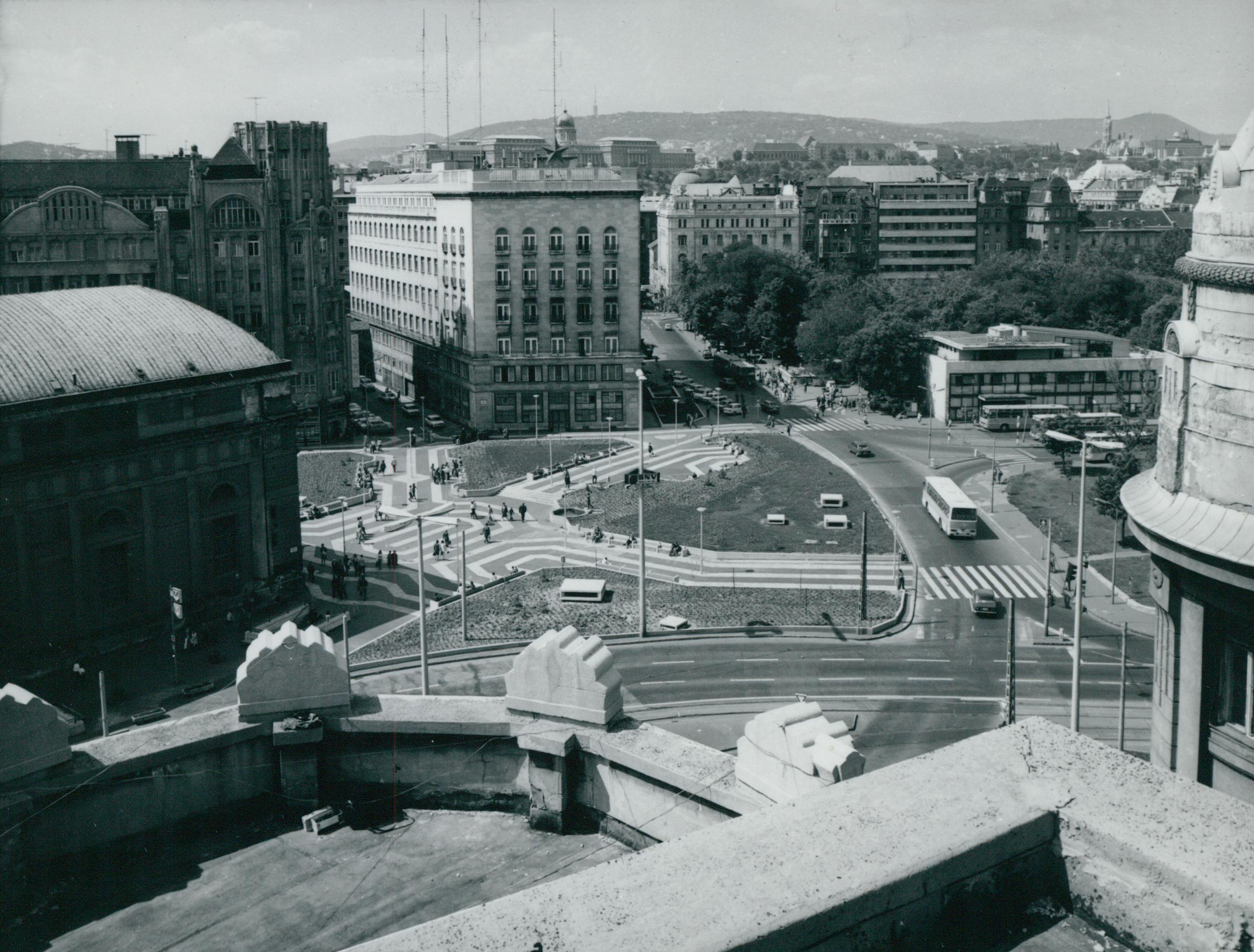 A Deák Ferenc tér látképe az Anker-palota erkélyéről fotózva