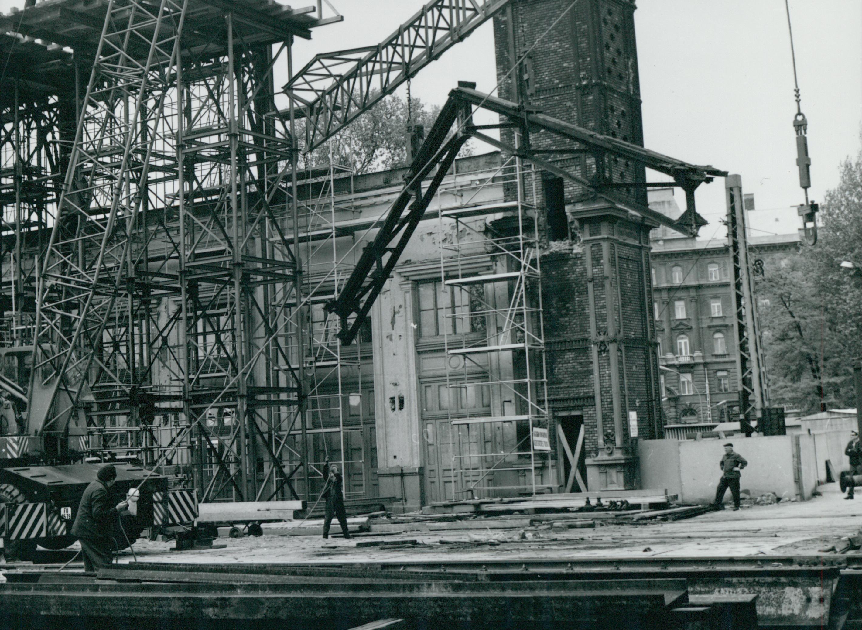 A Nyugati pályaudvar homlokzata bontás közben