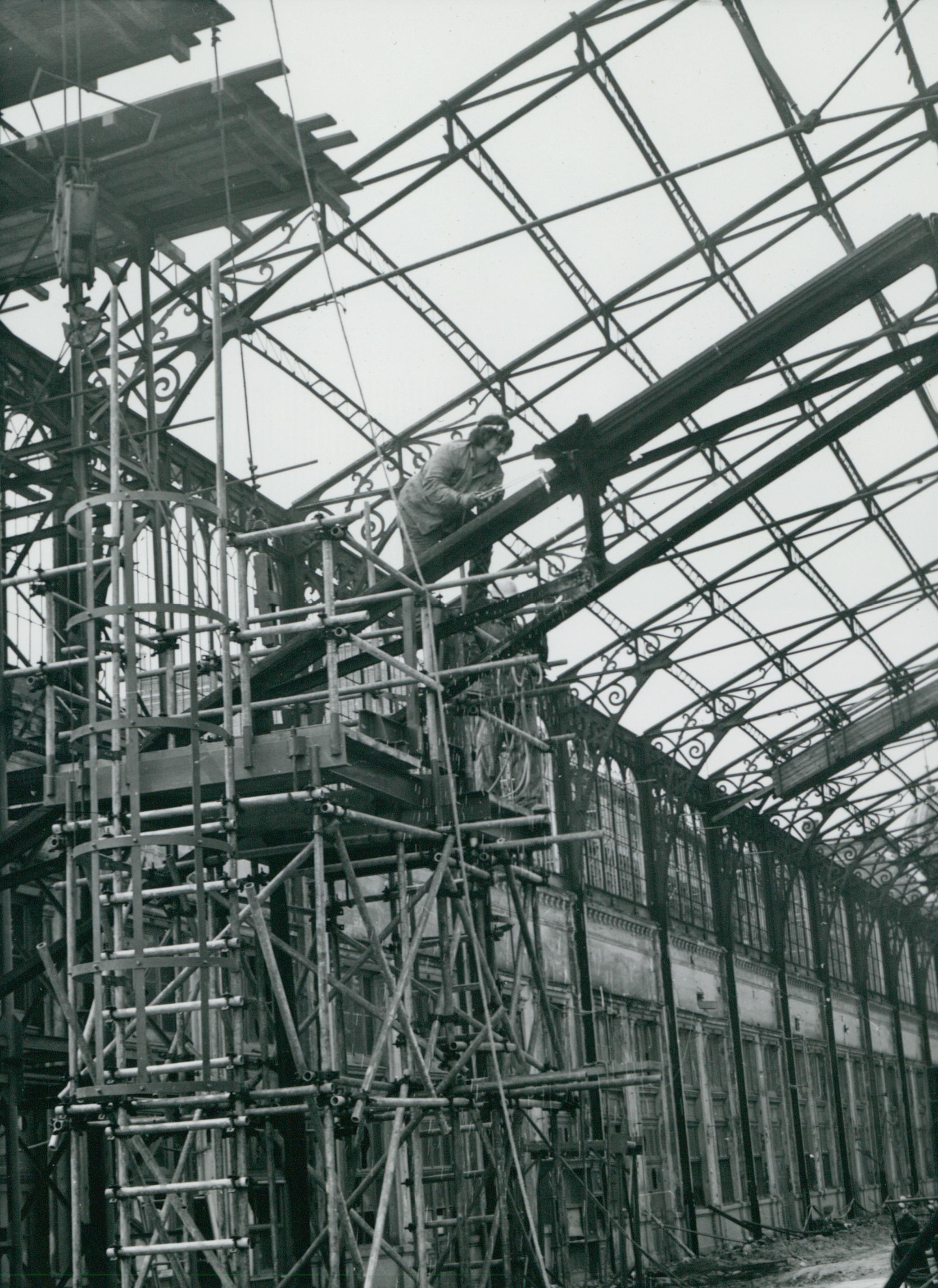 Pillanatkép a Nyugati pályaudvar tetőszerkezetének építéséről