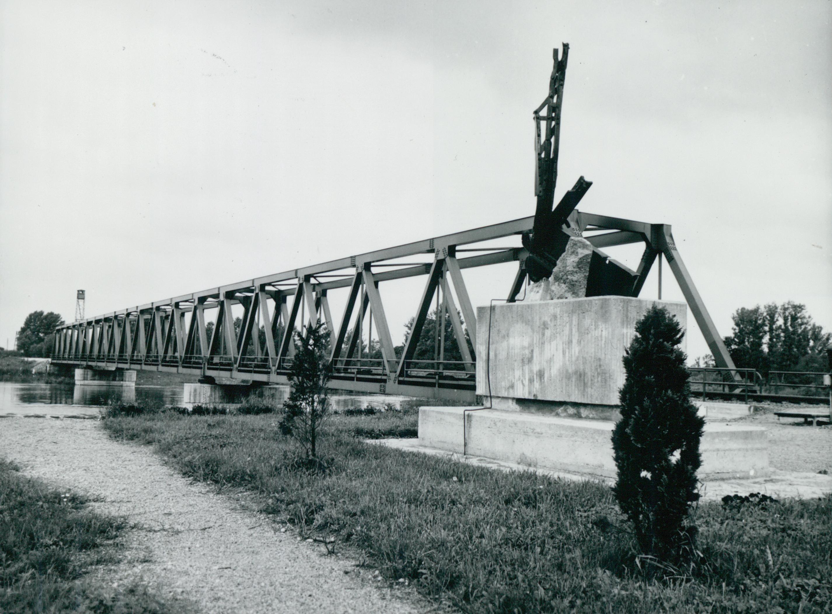 Az elpusztított murakeresztúri vasúti híd emlékműve és az új híd