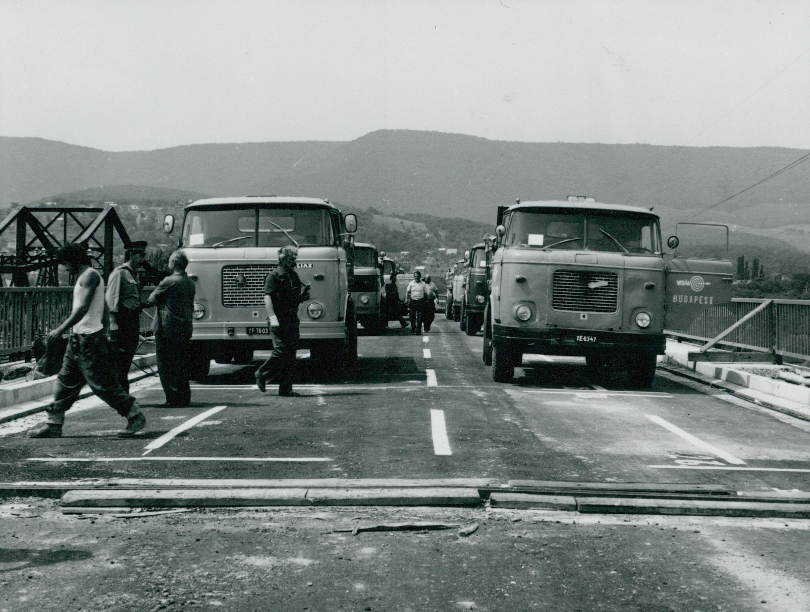 Teherautók a tahitótfalui Tildy híd próbaterhelésénél
