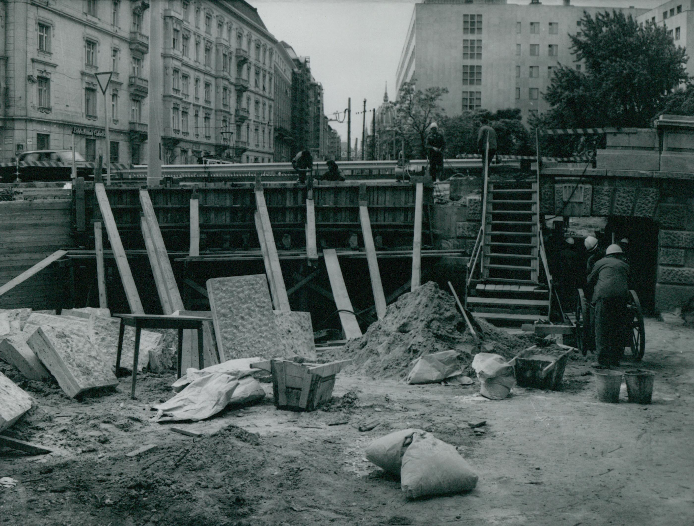 A Margit híd  aluljárójának építése a pesti hídfőnél
