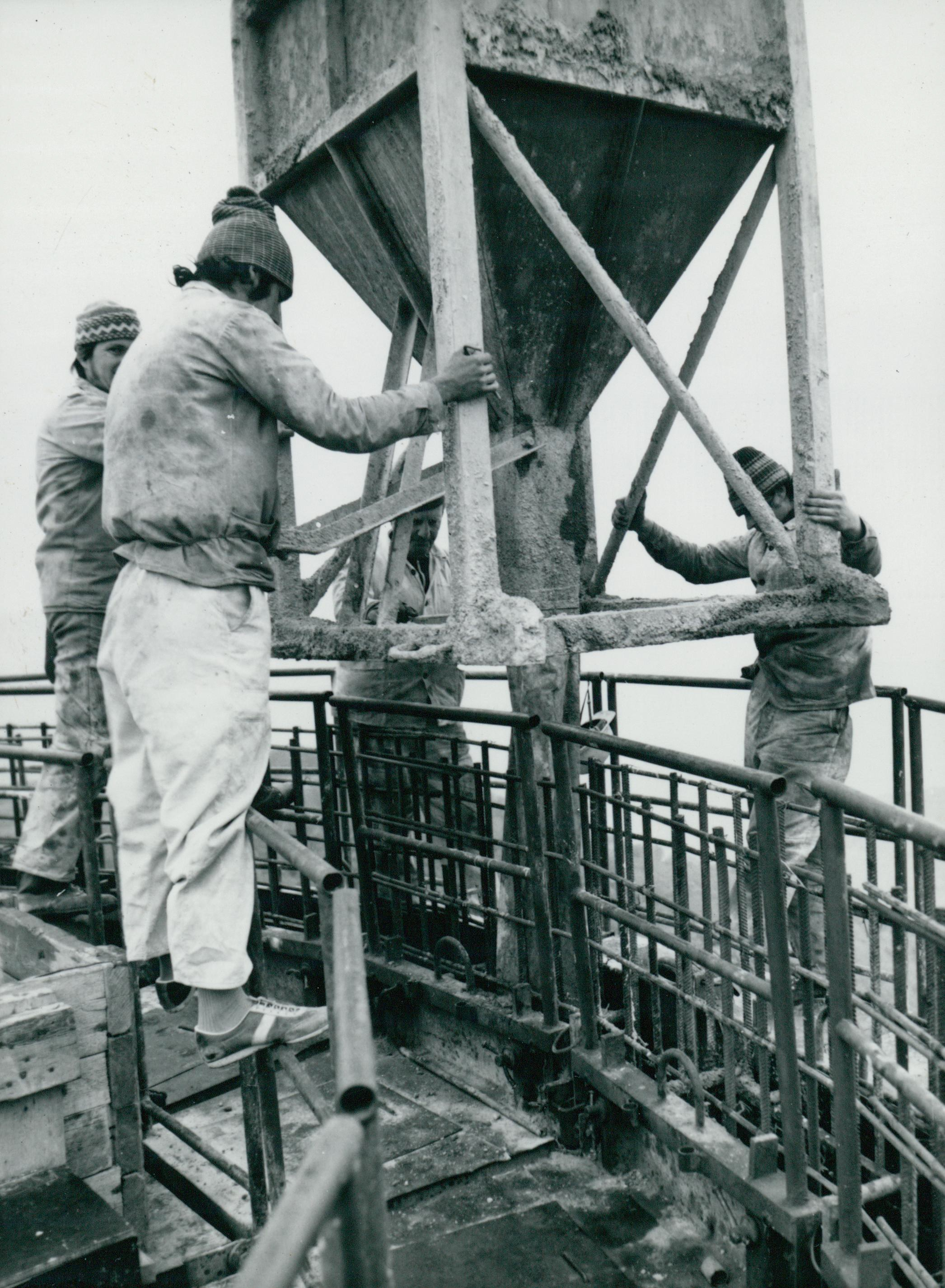 Zsaluzat feltöltése betonnal a kékesi tévétorony építésénél