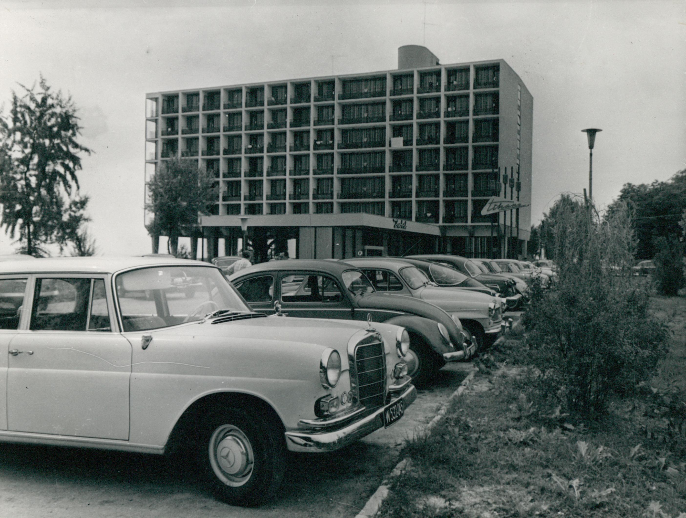 Parkoló autók a Tihany Szálló előtt