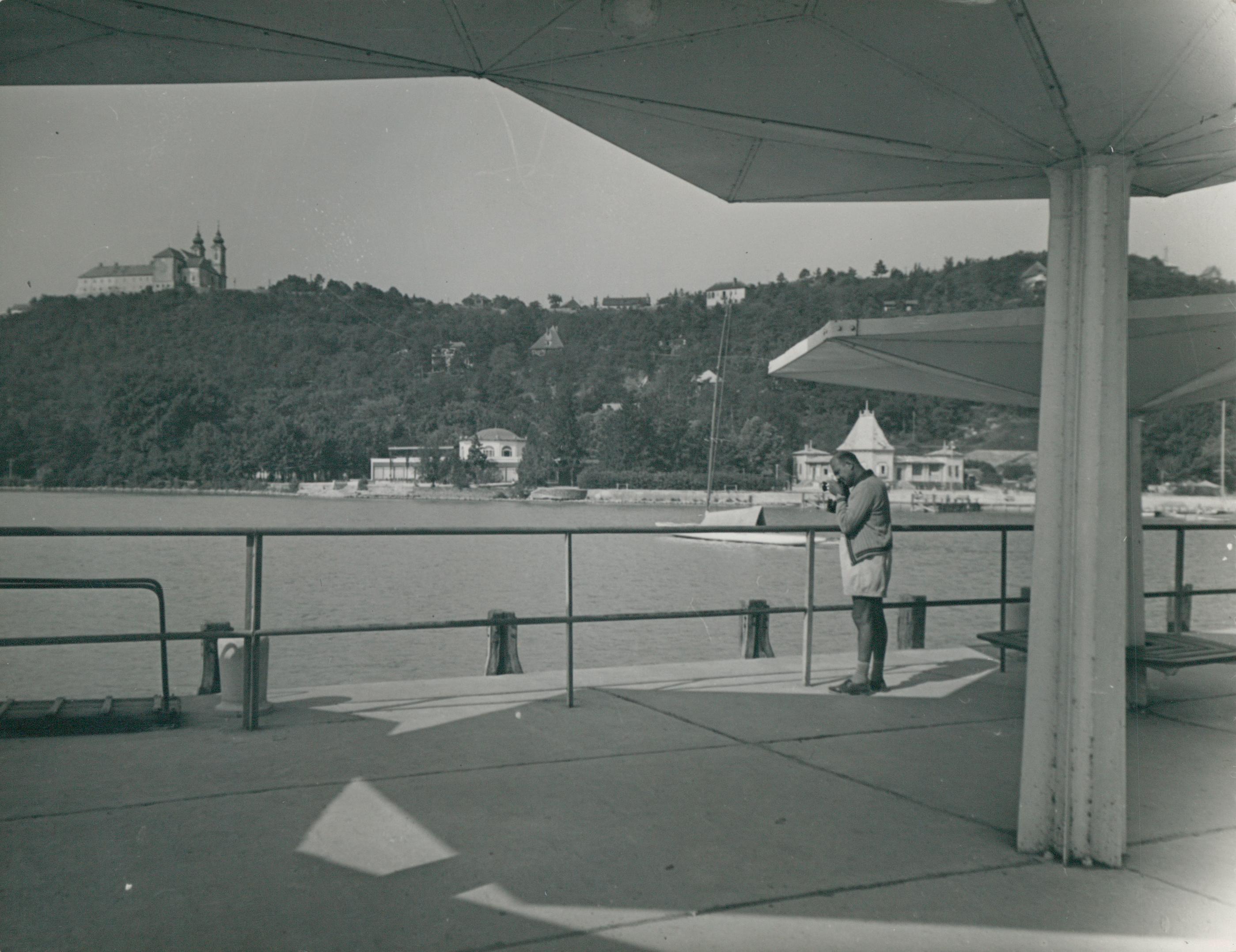 Turista a tihanyi móló hajóvárójánál