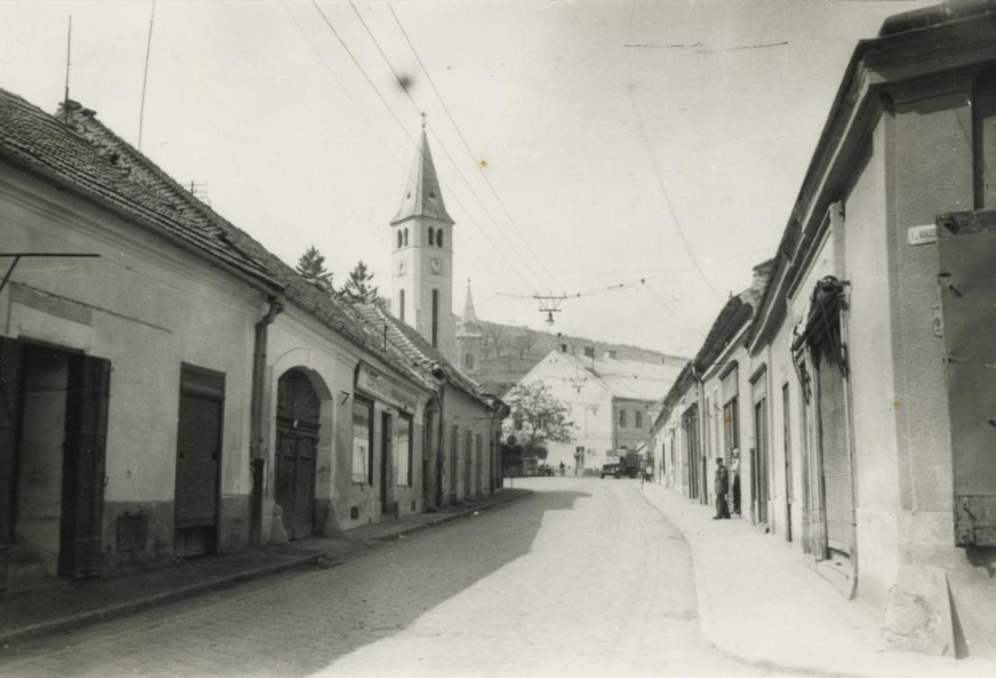 Tokaj, Rákóczi út, háttérben a katolikus templom