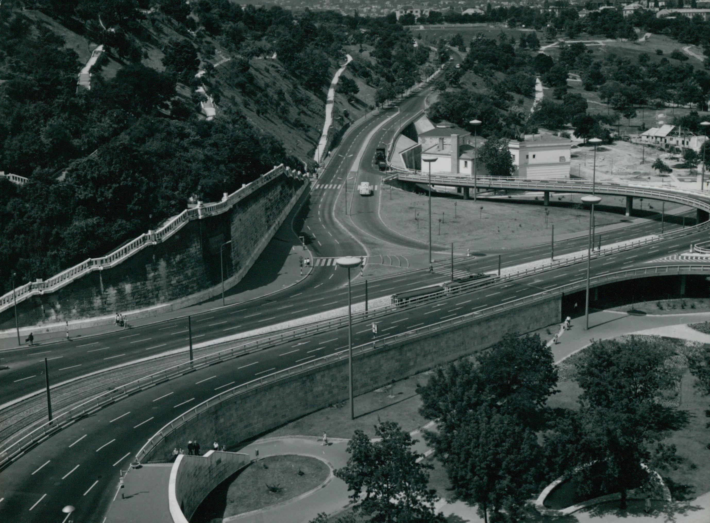 Az Erzsébet híd budai hídfőjének csomópontja a Hegyalja úttal