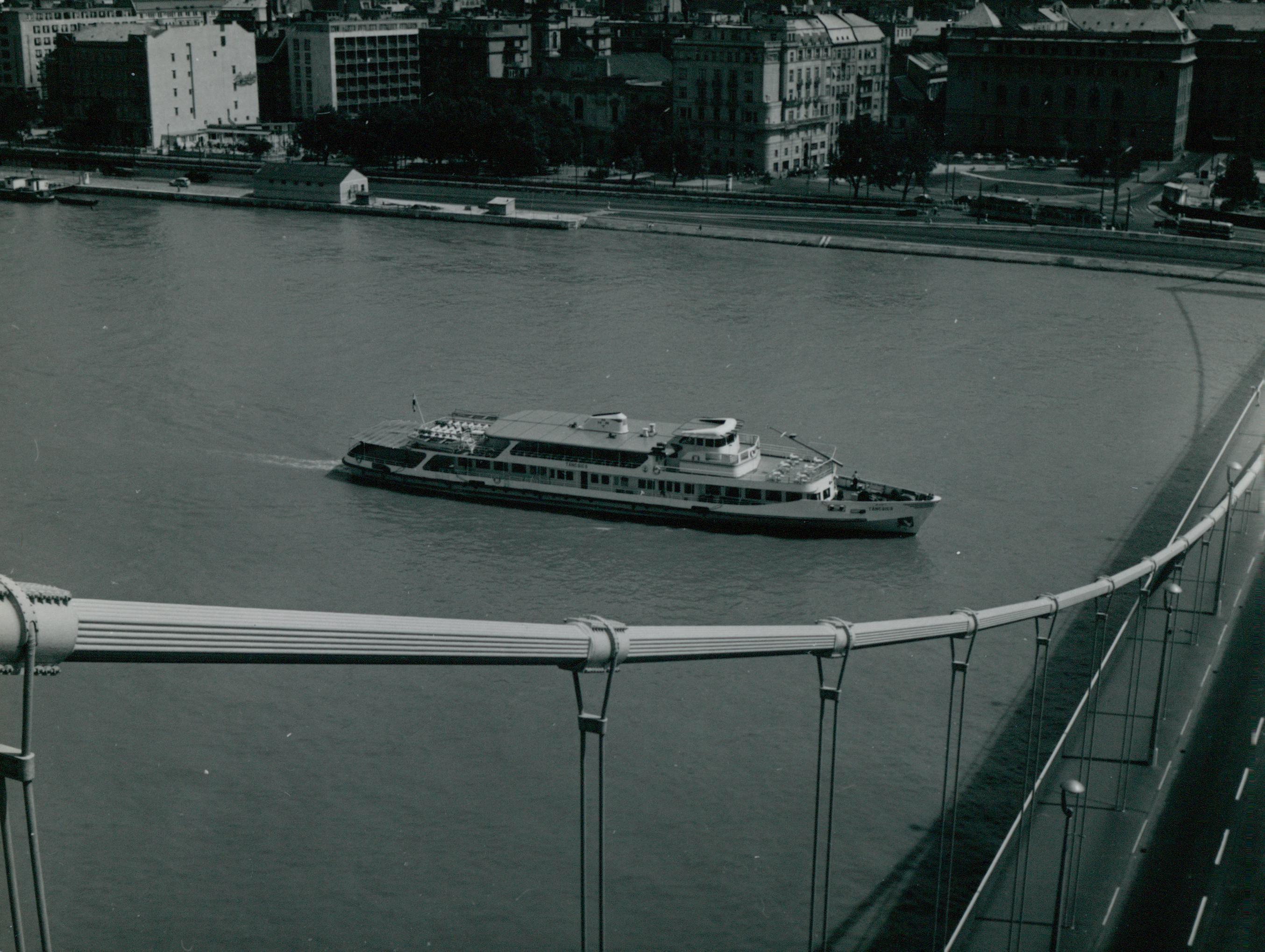 Rálátás egy hajóra az Erzsébet hídról