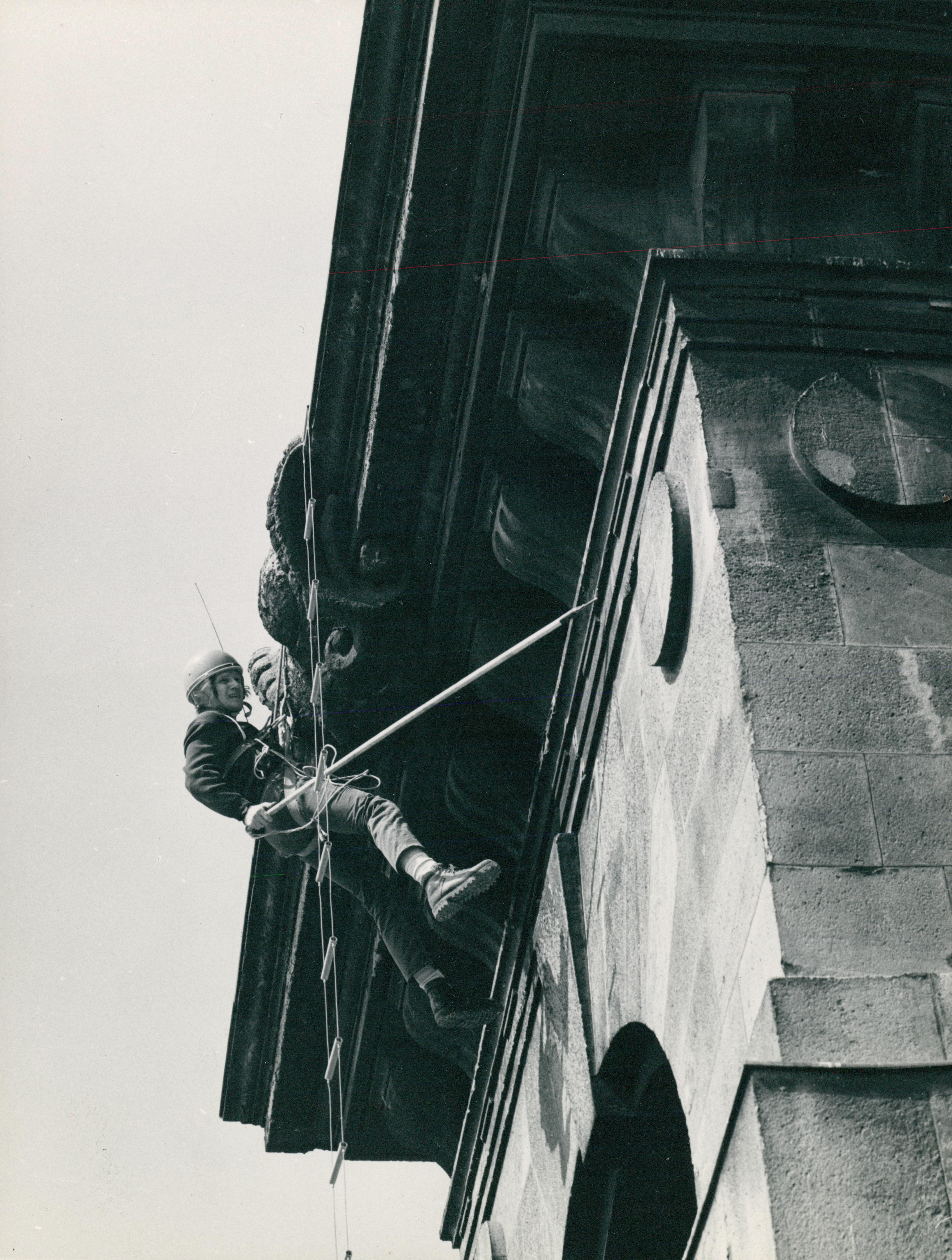 Alpinista az egykori Kúria tetején