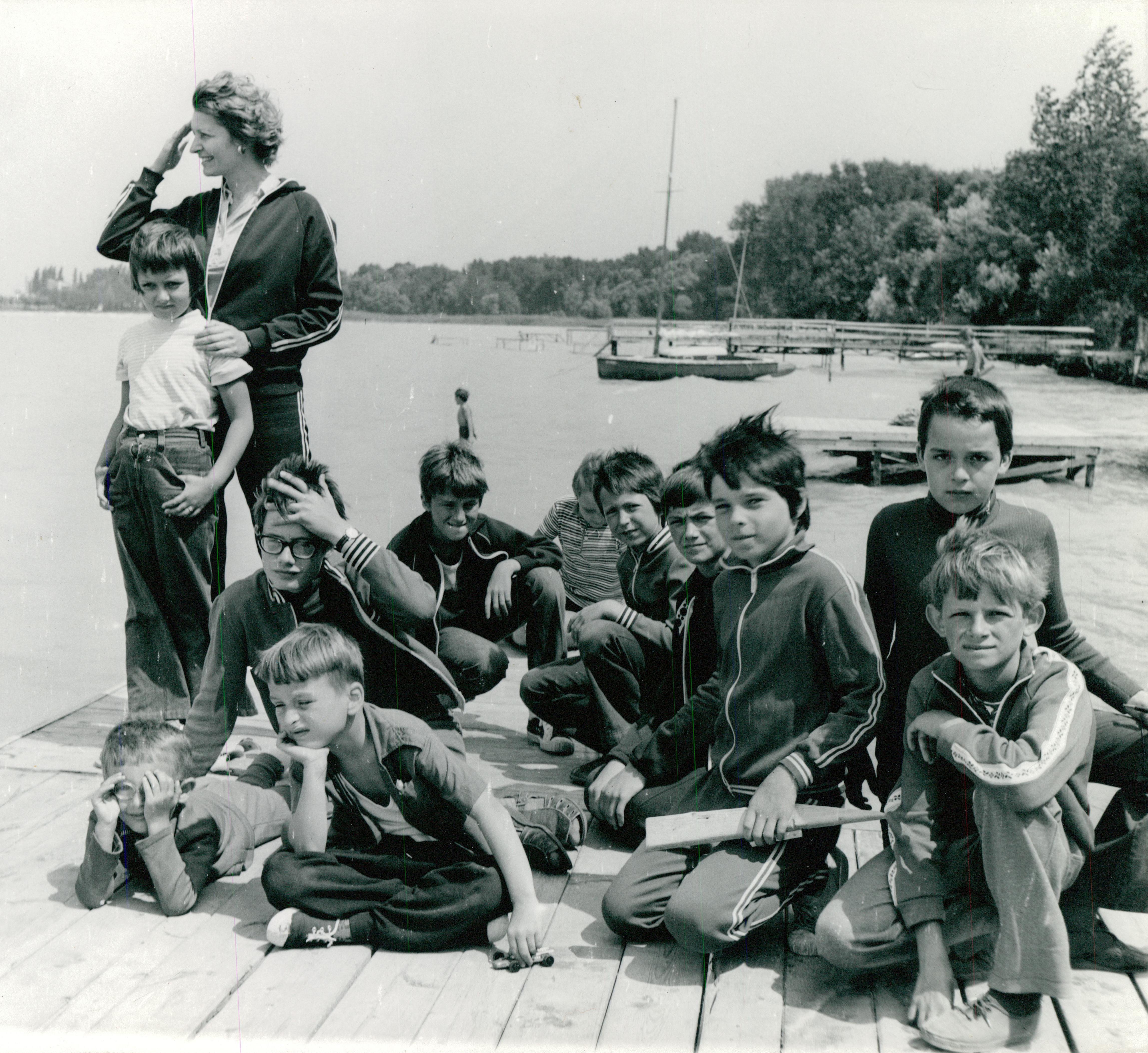 Pillanatkép gyerekekkel az FTV siófoki üdülőjének mólóján