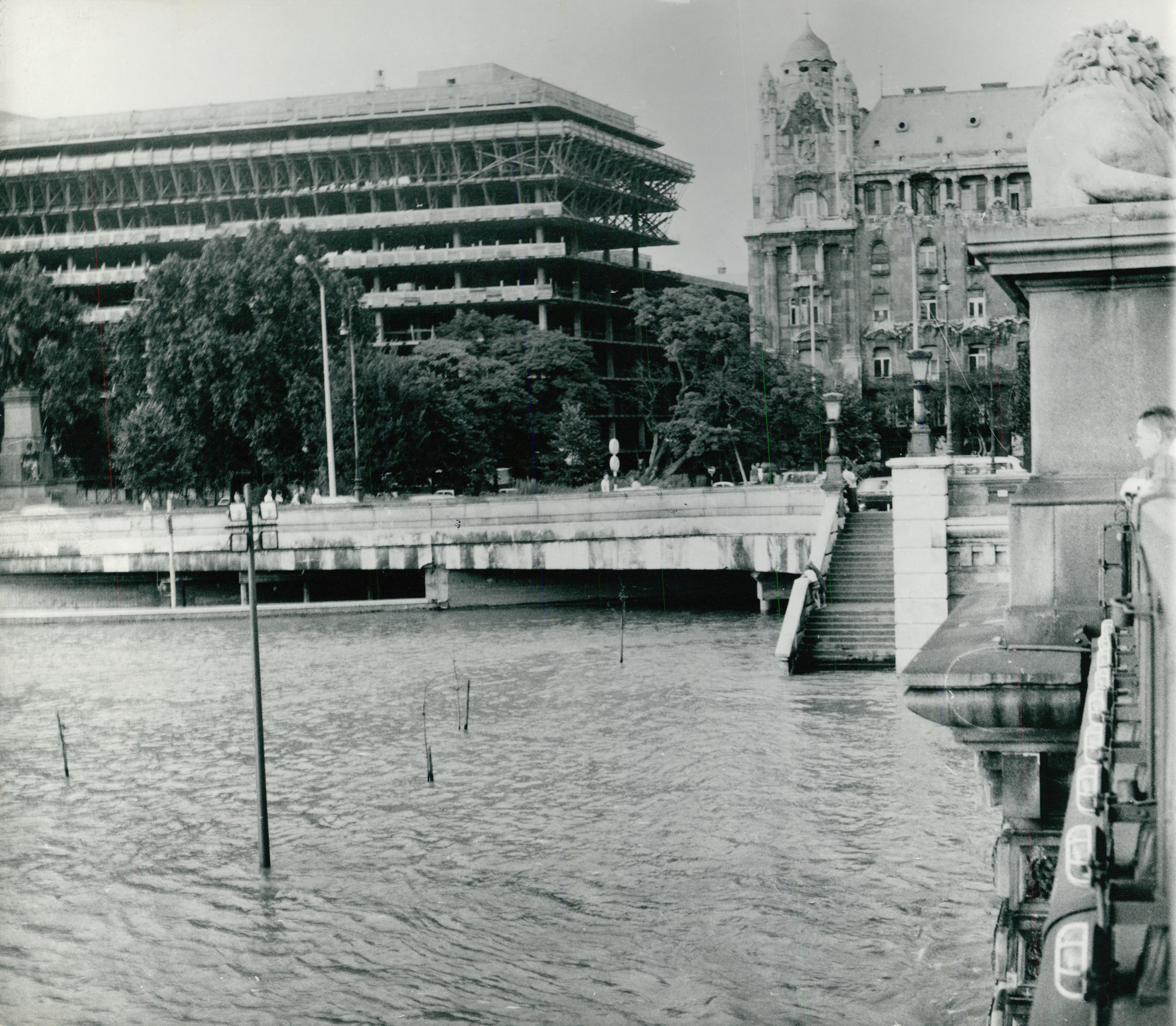 A Duna áradása háttérben az épülő Medimpex székházzal