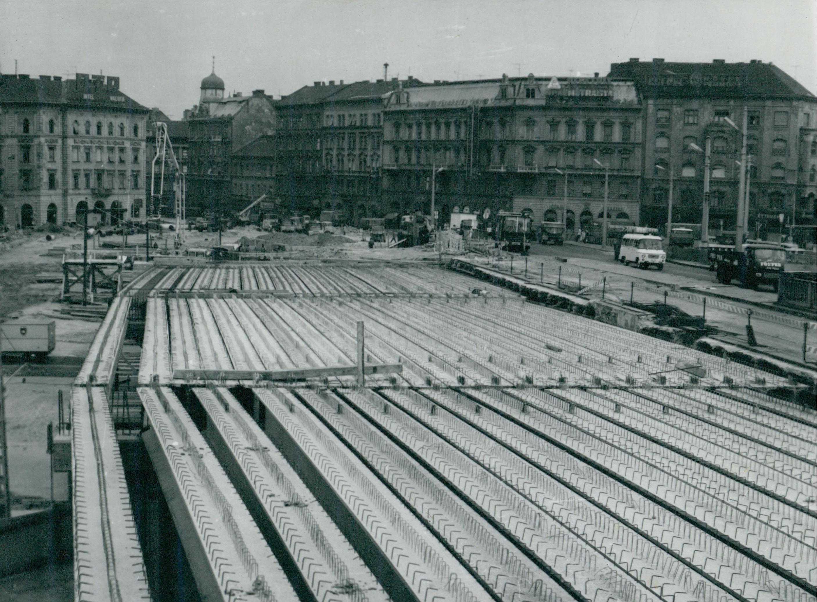 Az újjáépülő Petőfi híd előregyártott gerendáinak felső vasalása