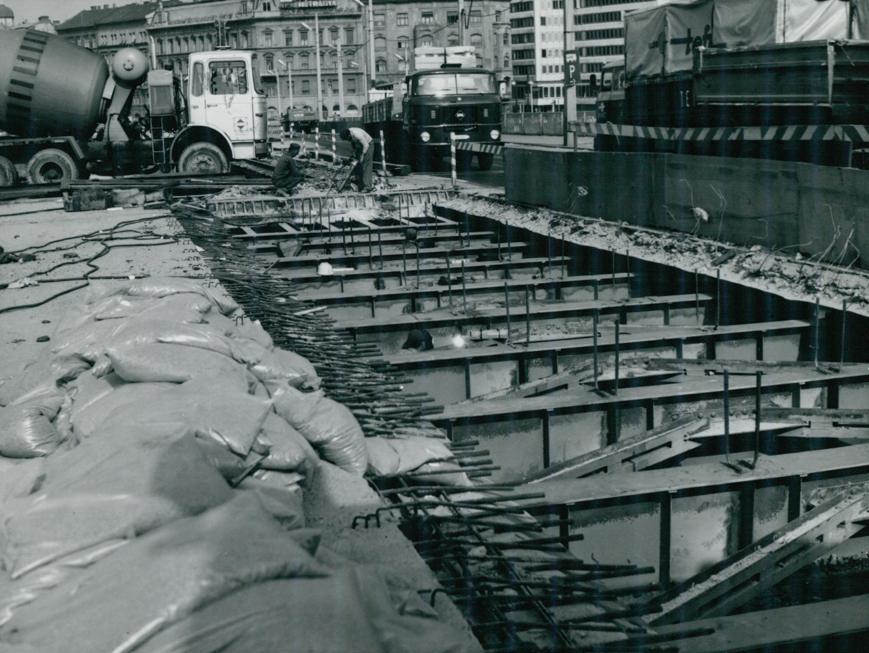 A Petőfi híd acél szerkezeti elemeinek tisztítása