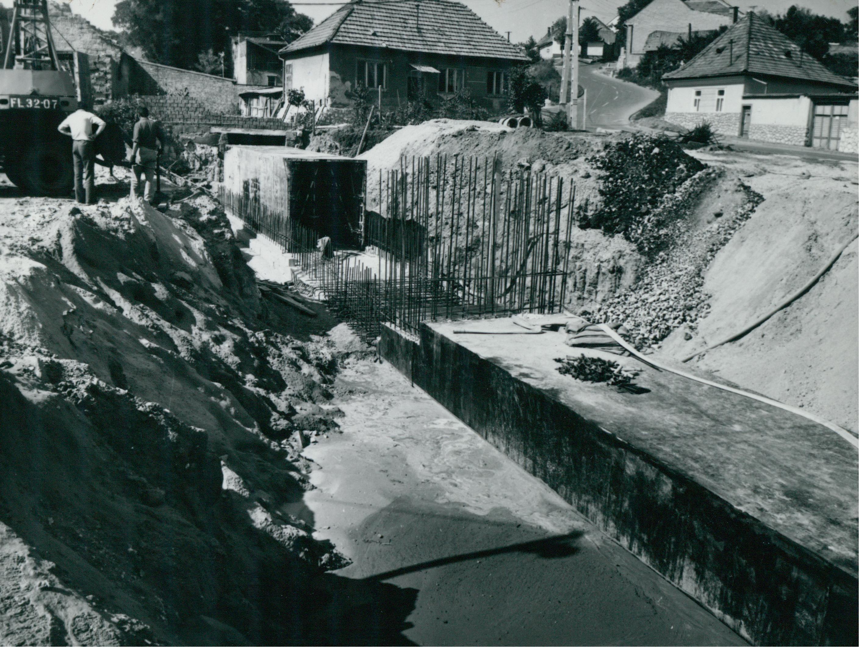 A Szala-patakot föld alá vezető csatorna  építése a Ráckapu téren