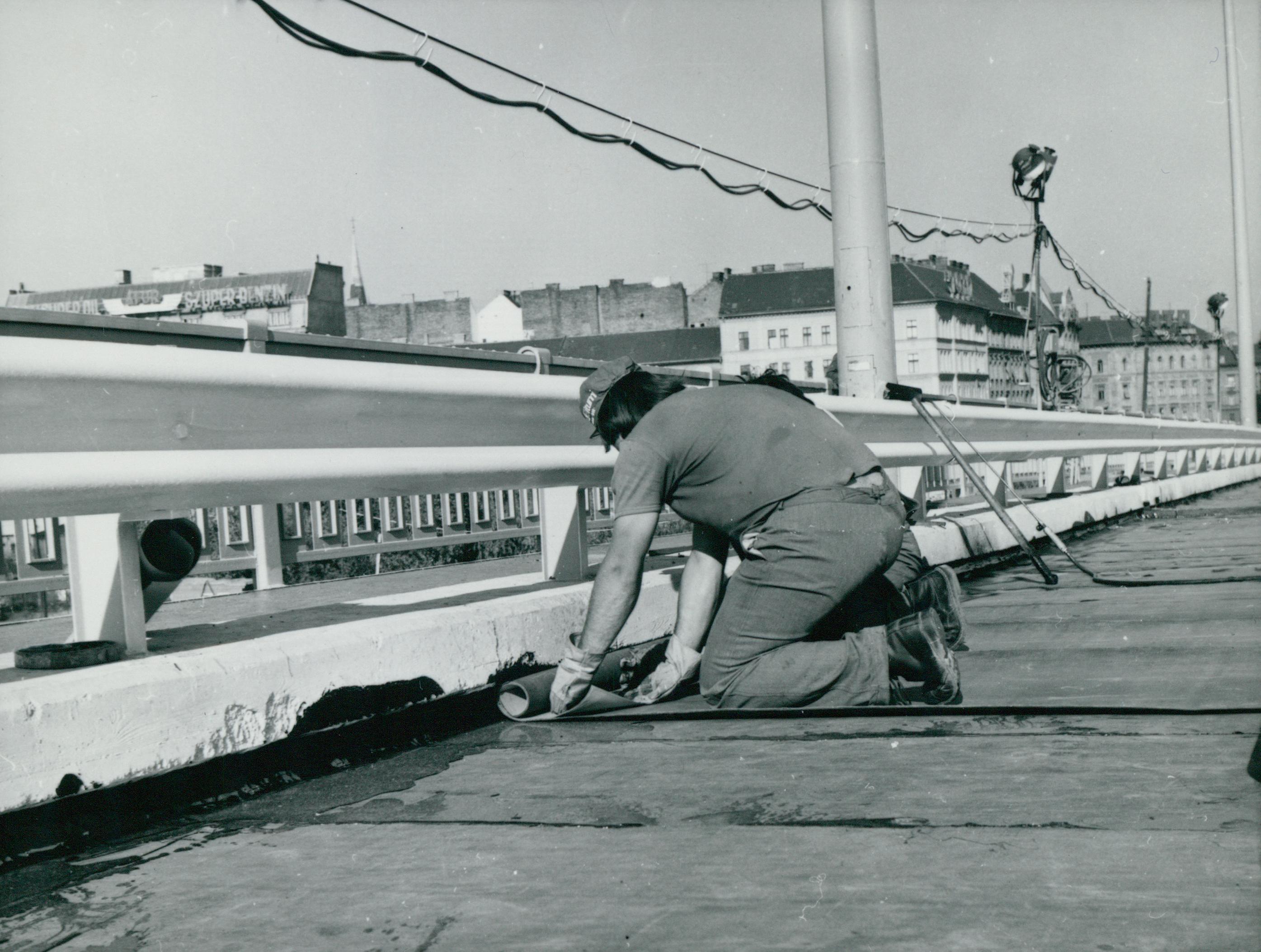Pályaburkolat alatti szigetelés elhelyezése a Petőfi hídon