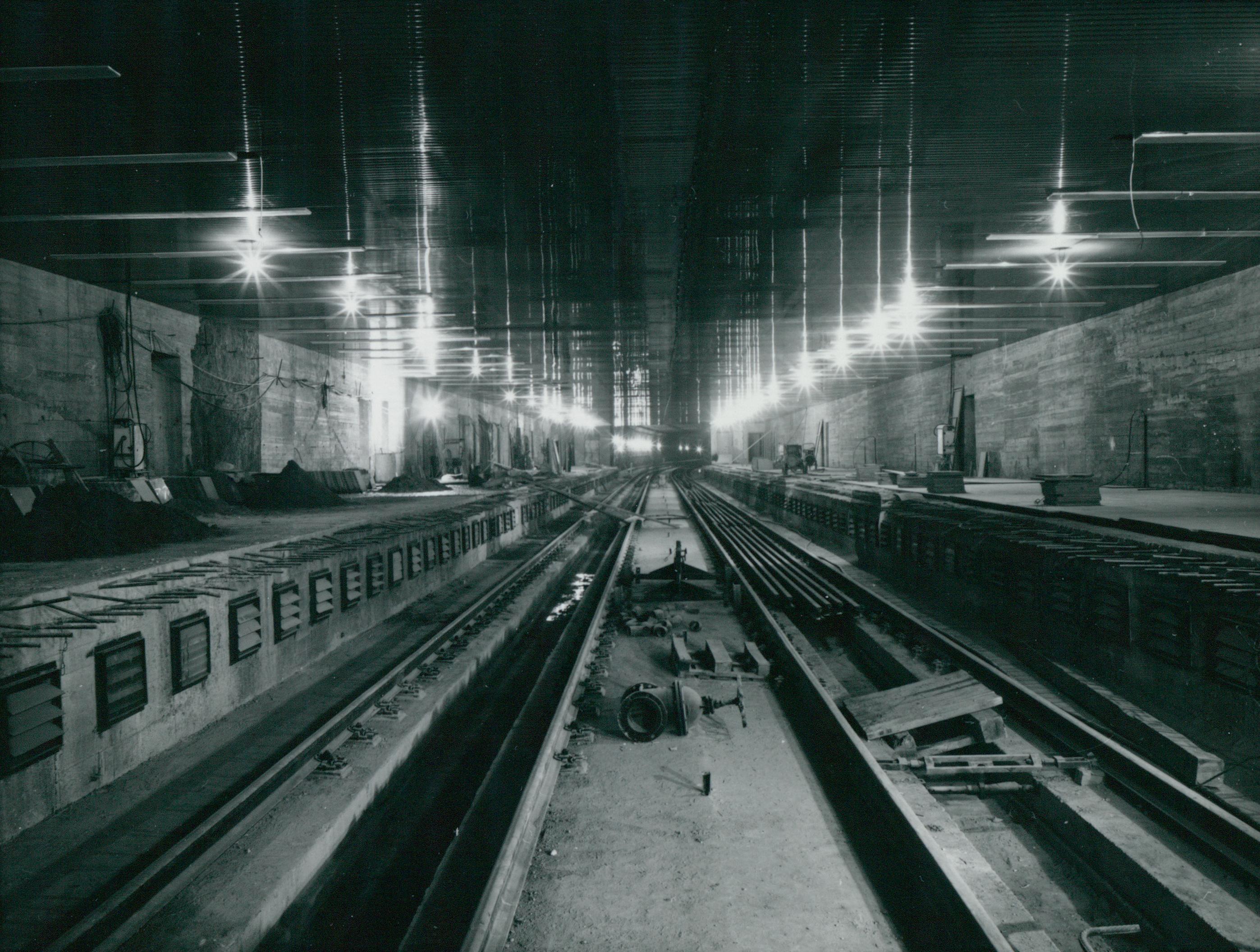 Vágányok rögzítése a 3-as metró Népliget megállójának peronjánál