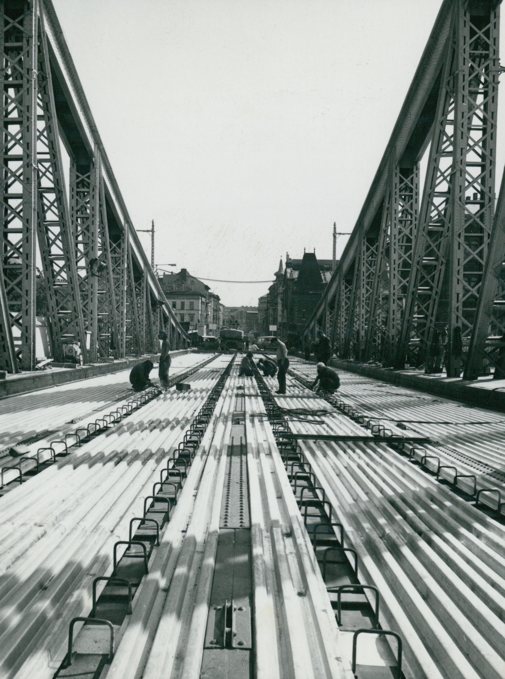 A Szabadság híd új merevítő bordáinak rögzítése