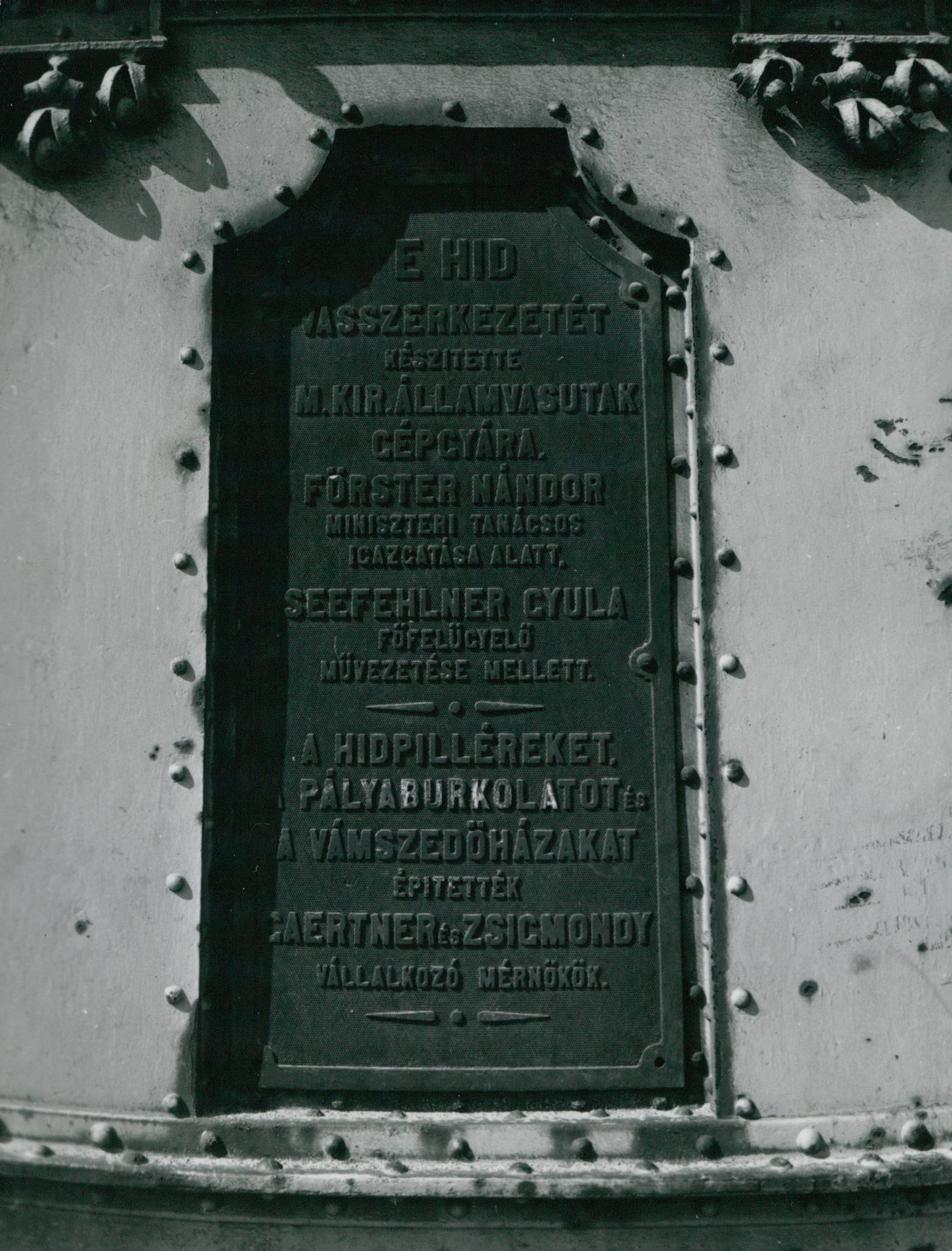 A Szabadság híd emléktáblája
