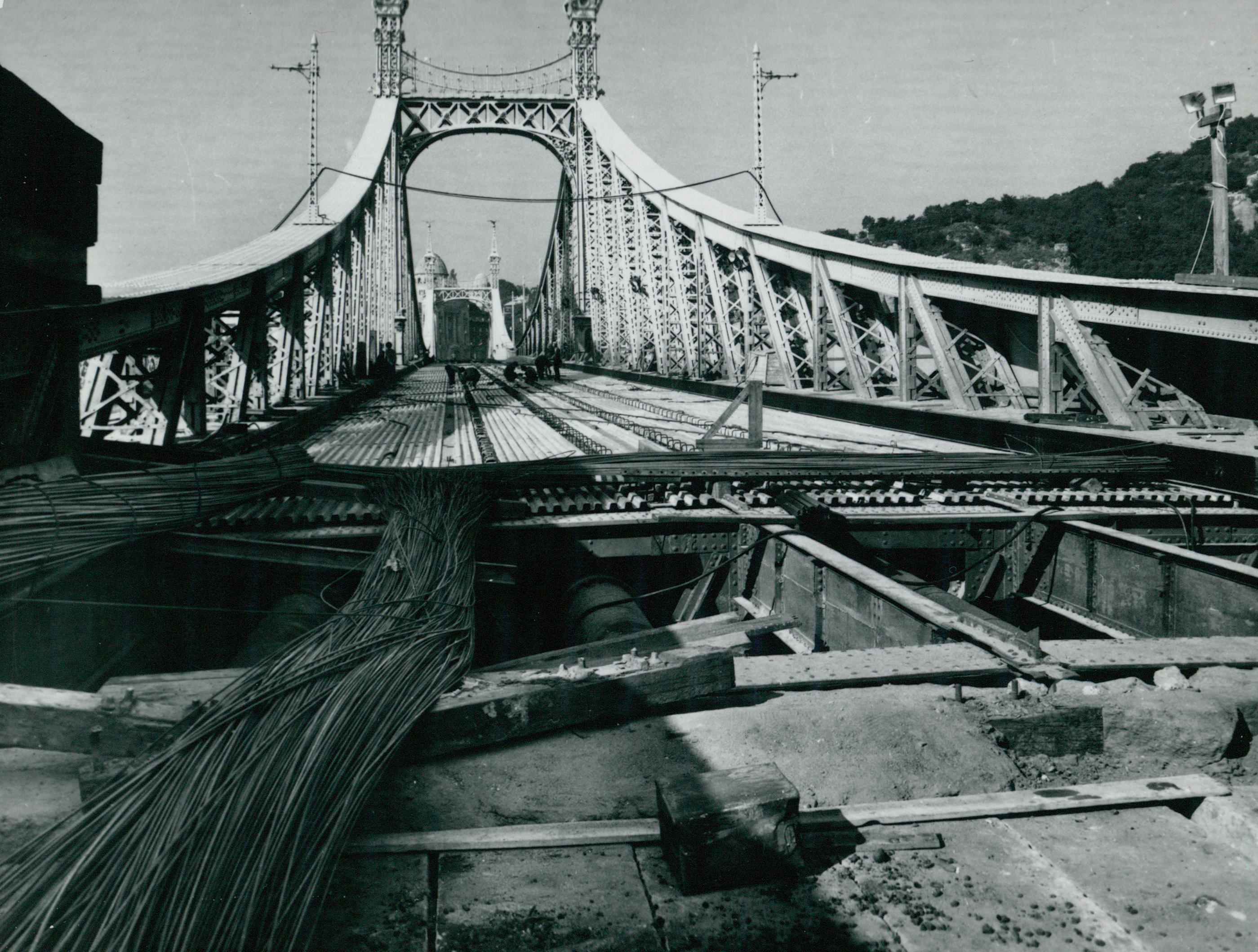 A Szabadság híd új merevítő bordáinak lefektetése