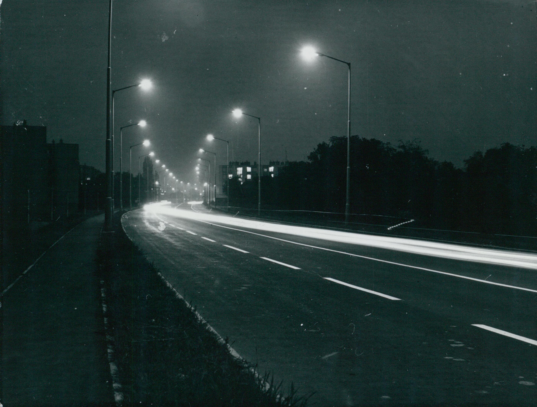 Tatai út világítása éjszaka
