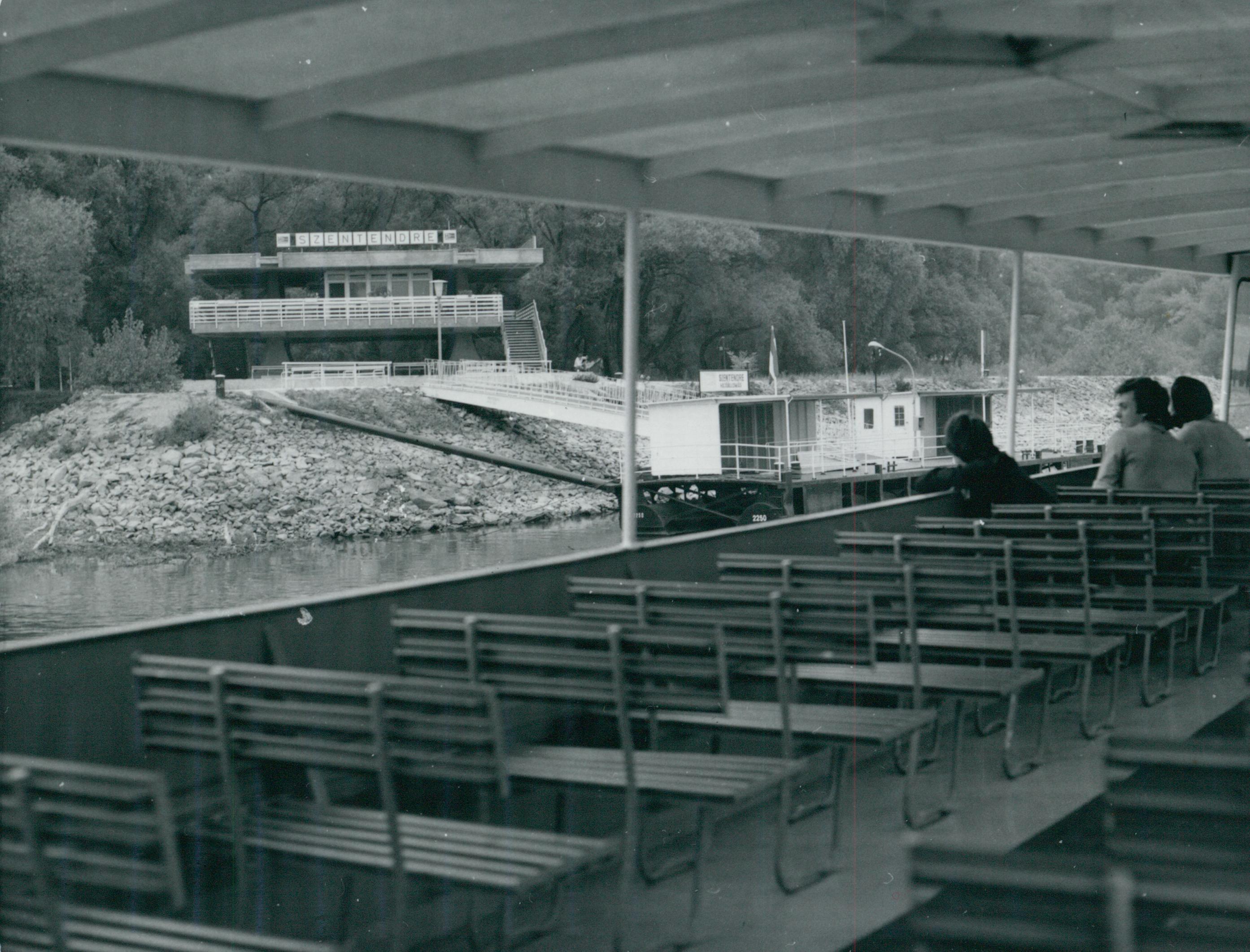 A szentendrei hajóállomás épülete hajóról