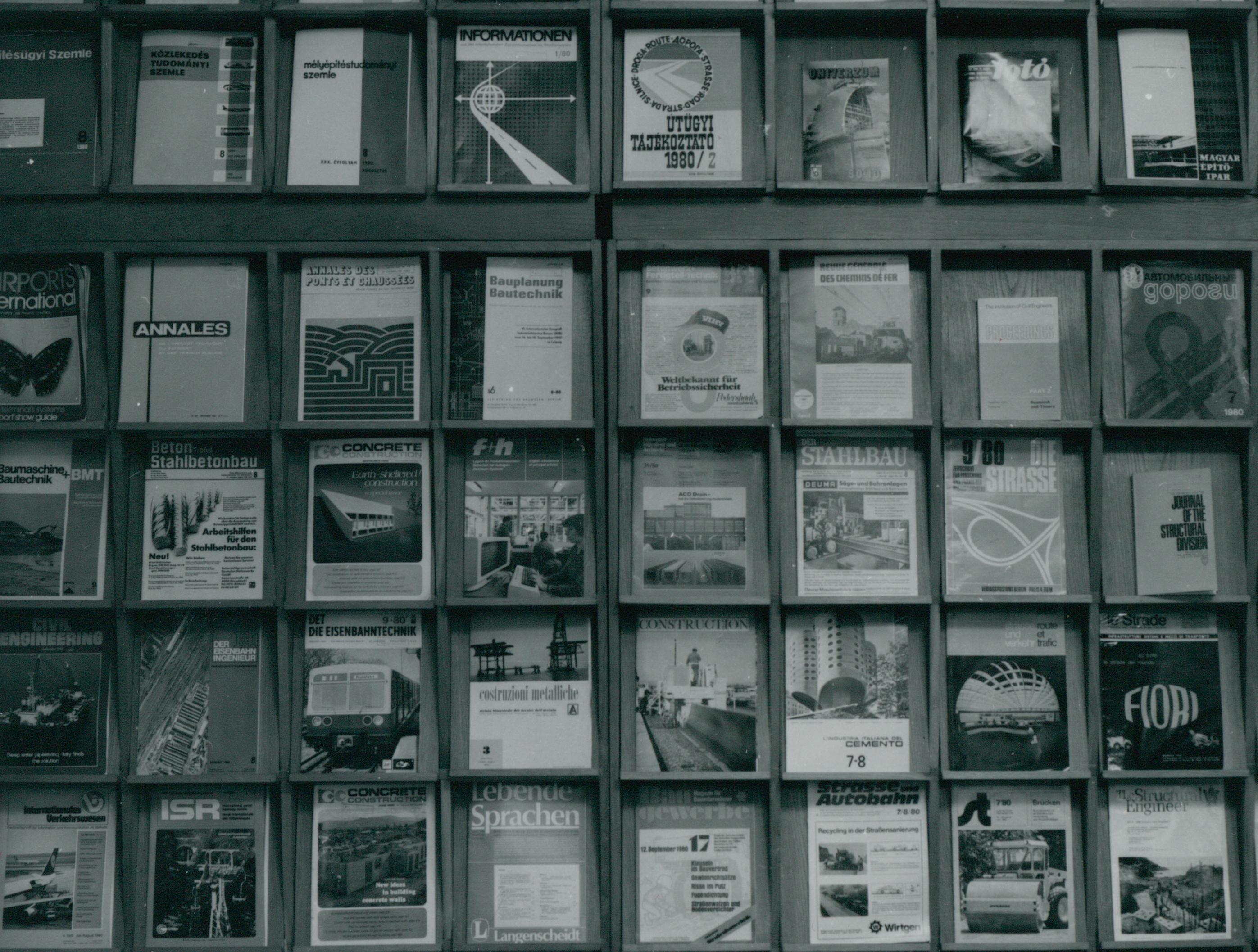 Folyóiratpolc egy könyvtárban