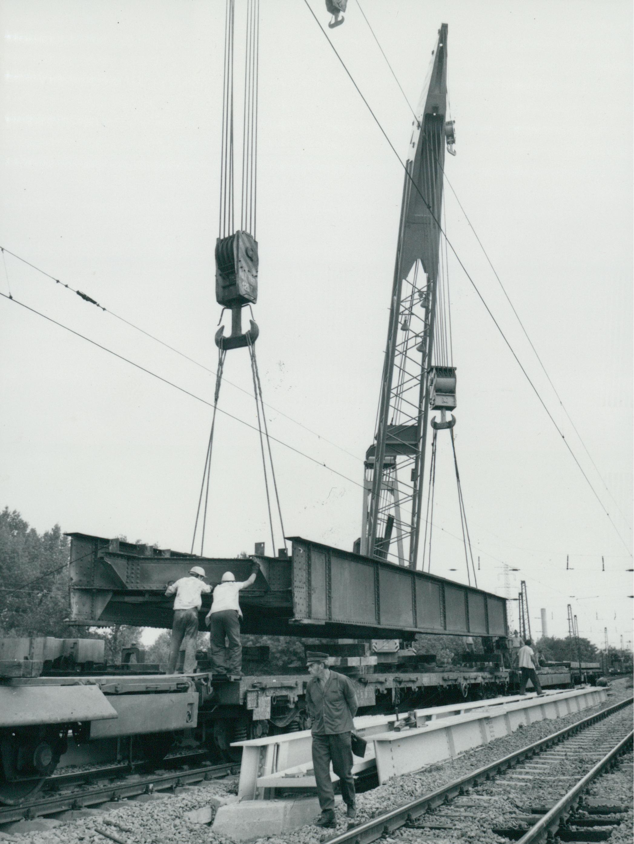 Az Üllői úti vasúti híd korrodált szerkezeti elemének elszállítása