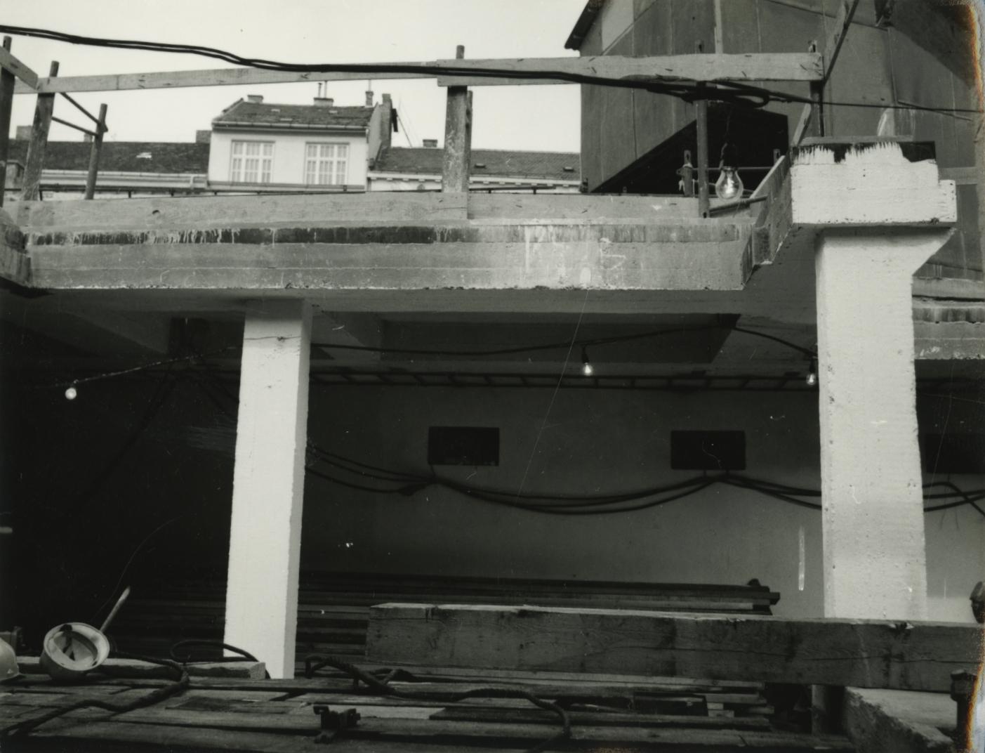 Az Arany János utcai metrólejáró mozgólépcsőjének szerelése