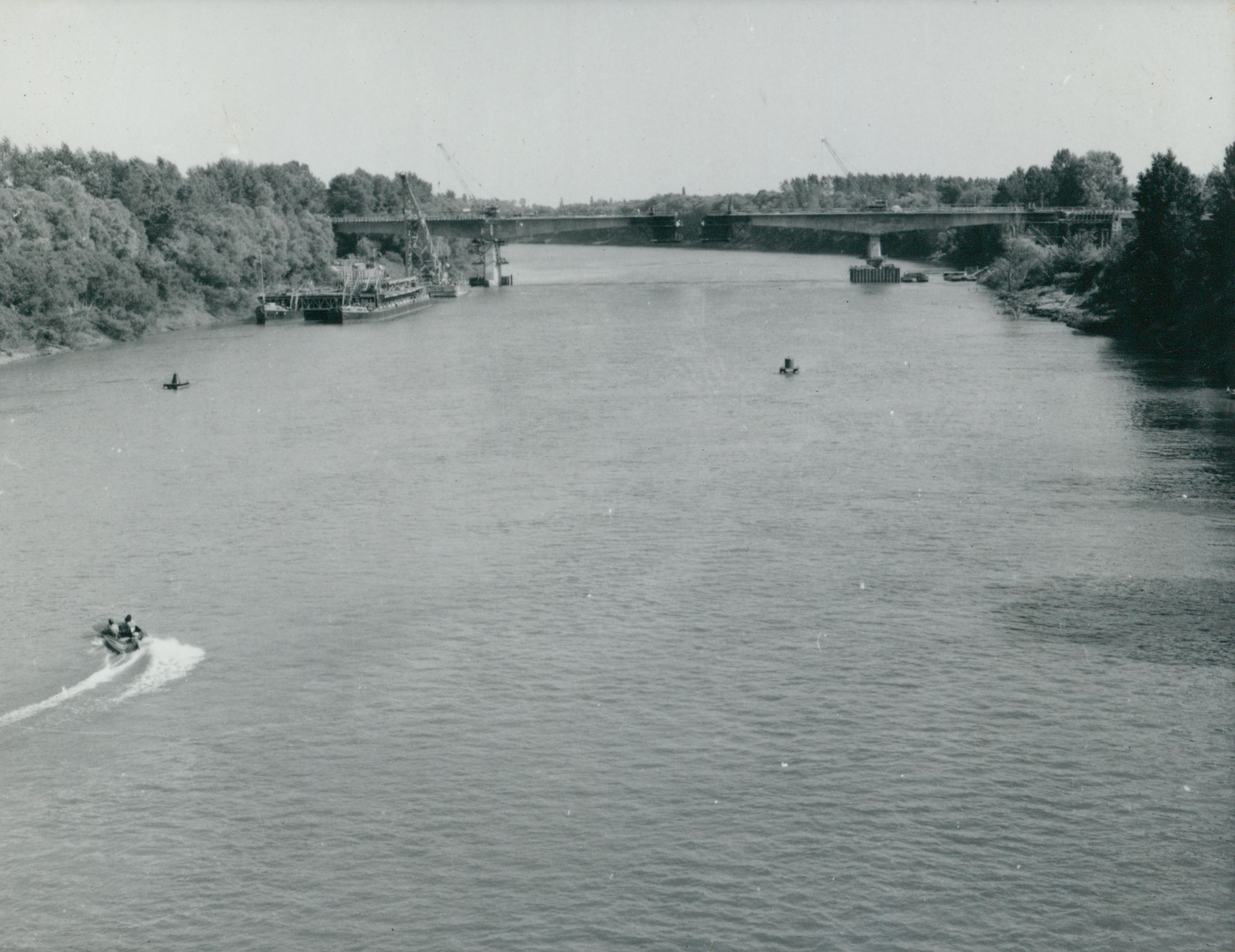 Látkép az épülő Szentes–csongrádi közúti Tisza-hídról