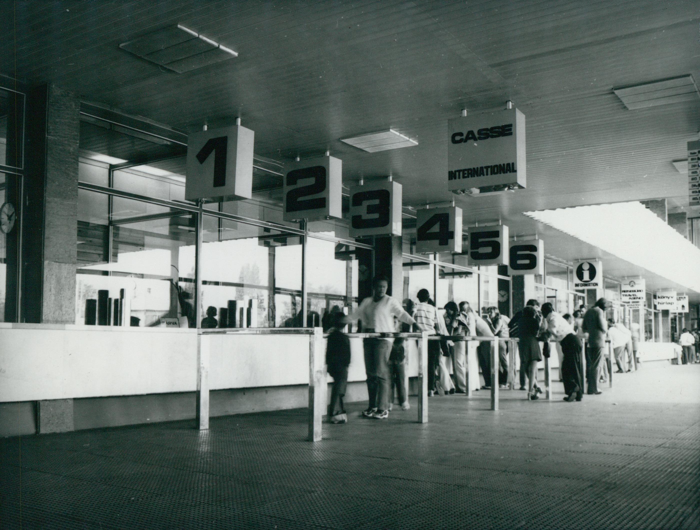 Várakozás a füredi vasútállomás pénztárai előtt