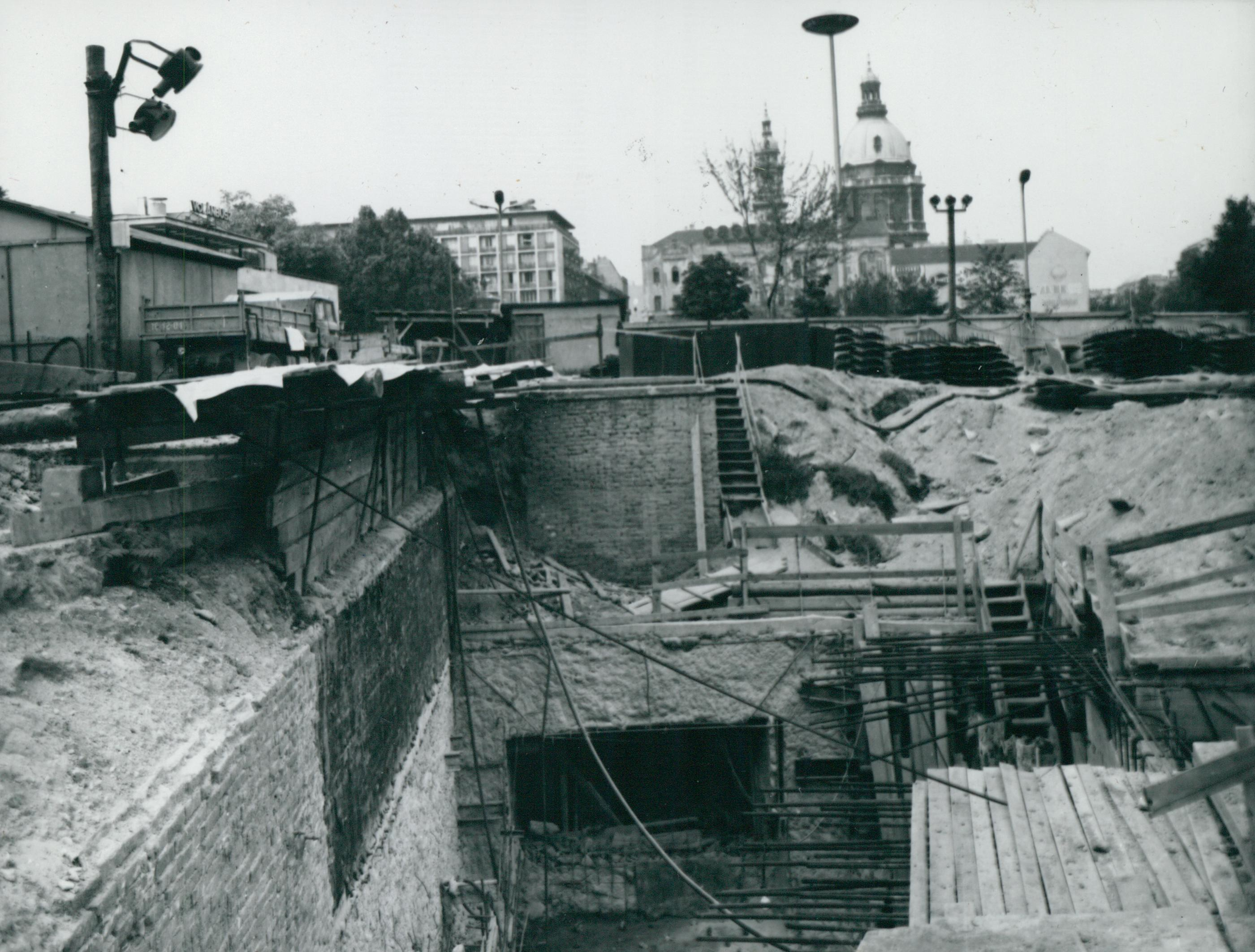 A Deák téri metró megálló felszíni csatlakozásának építése