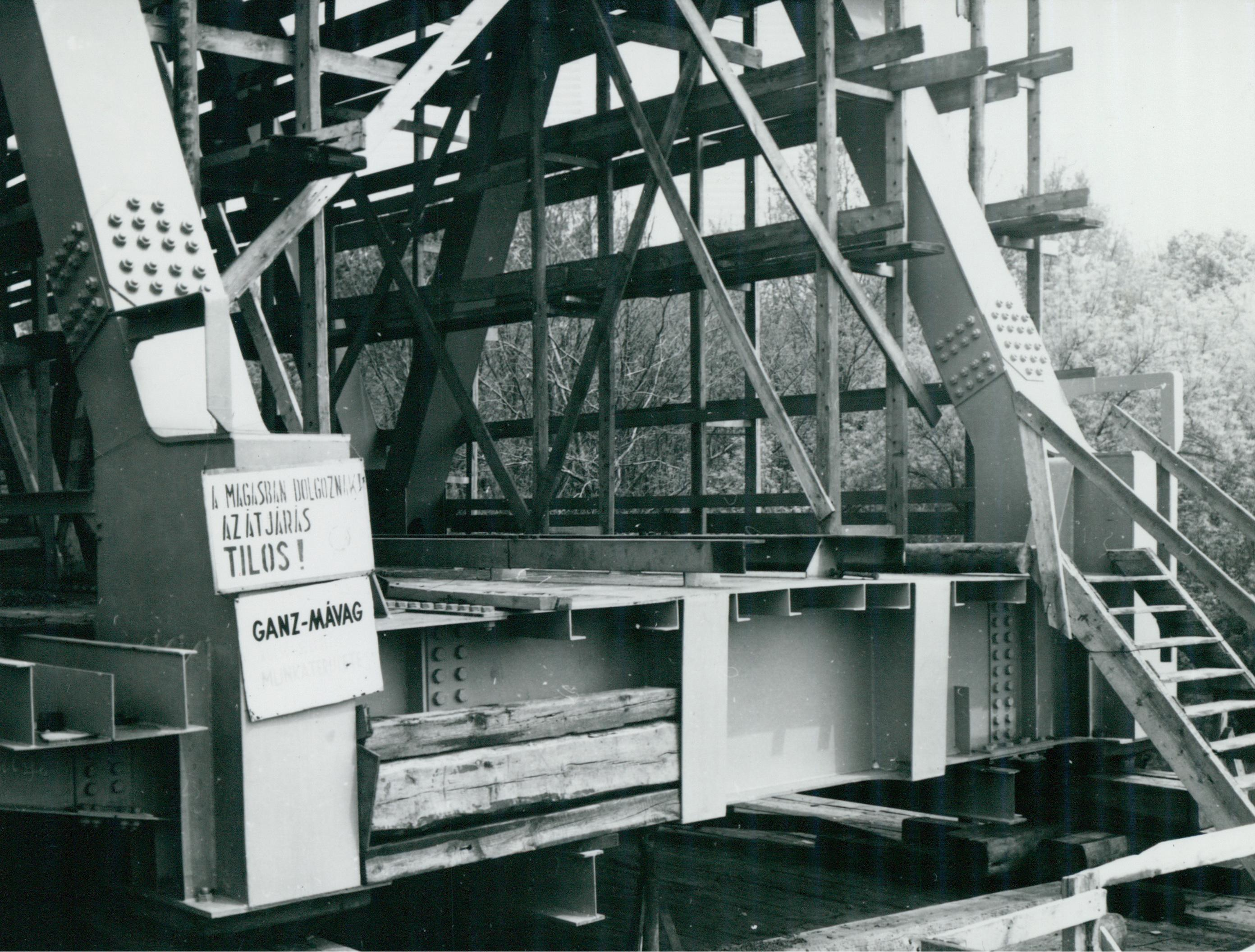 Kihelyezett tájékoztató tábla az algyői vasúti híd építkezésén