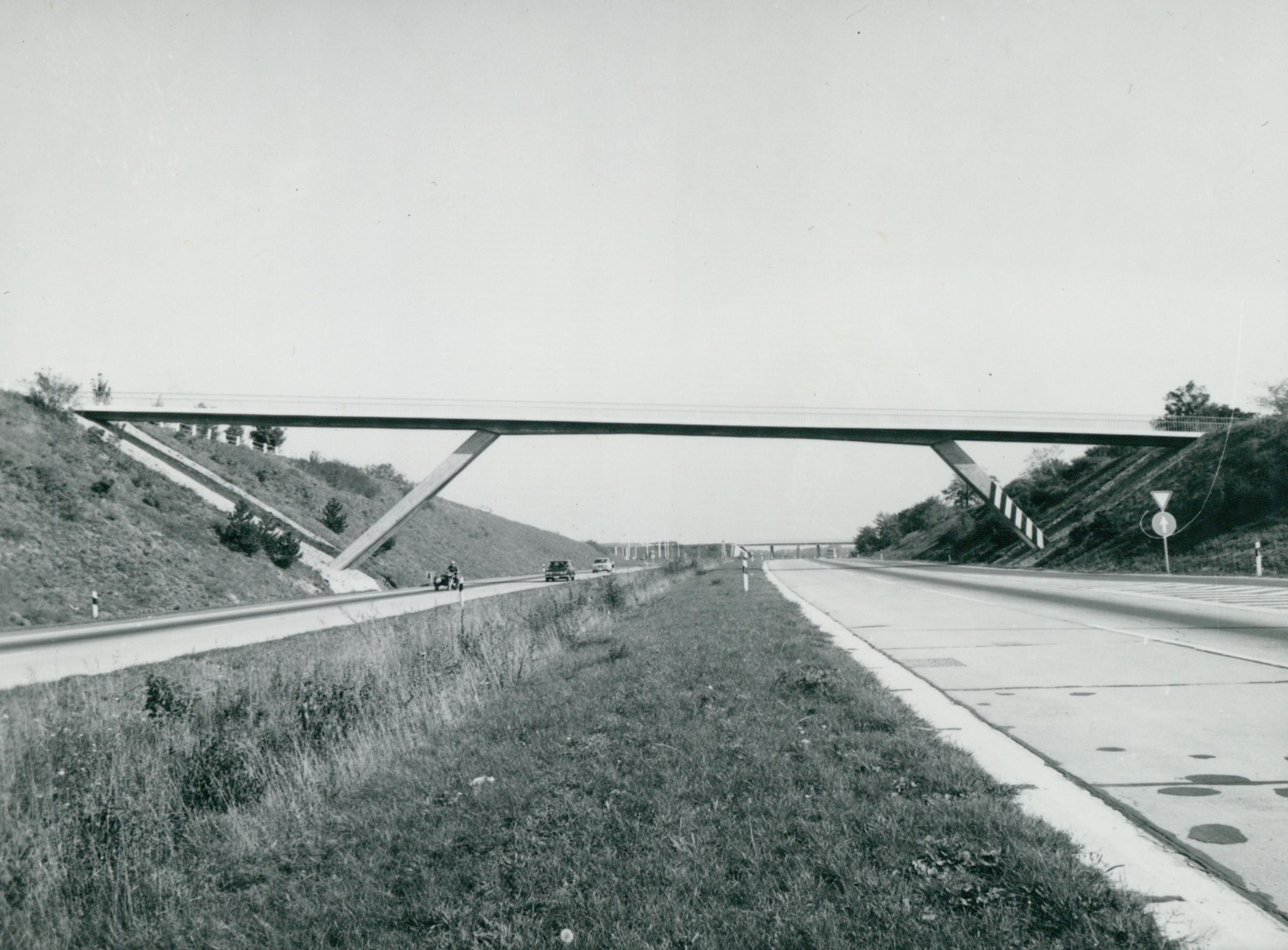 Átjáró híd a velencei pihenőhelynél az M7-es autópályán