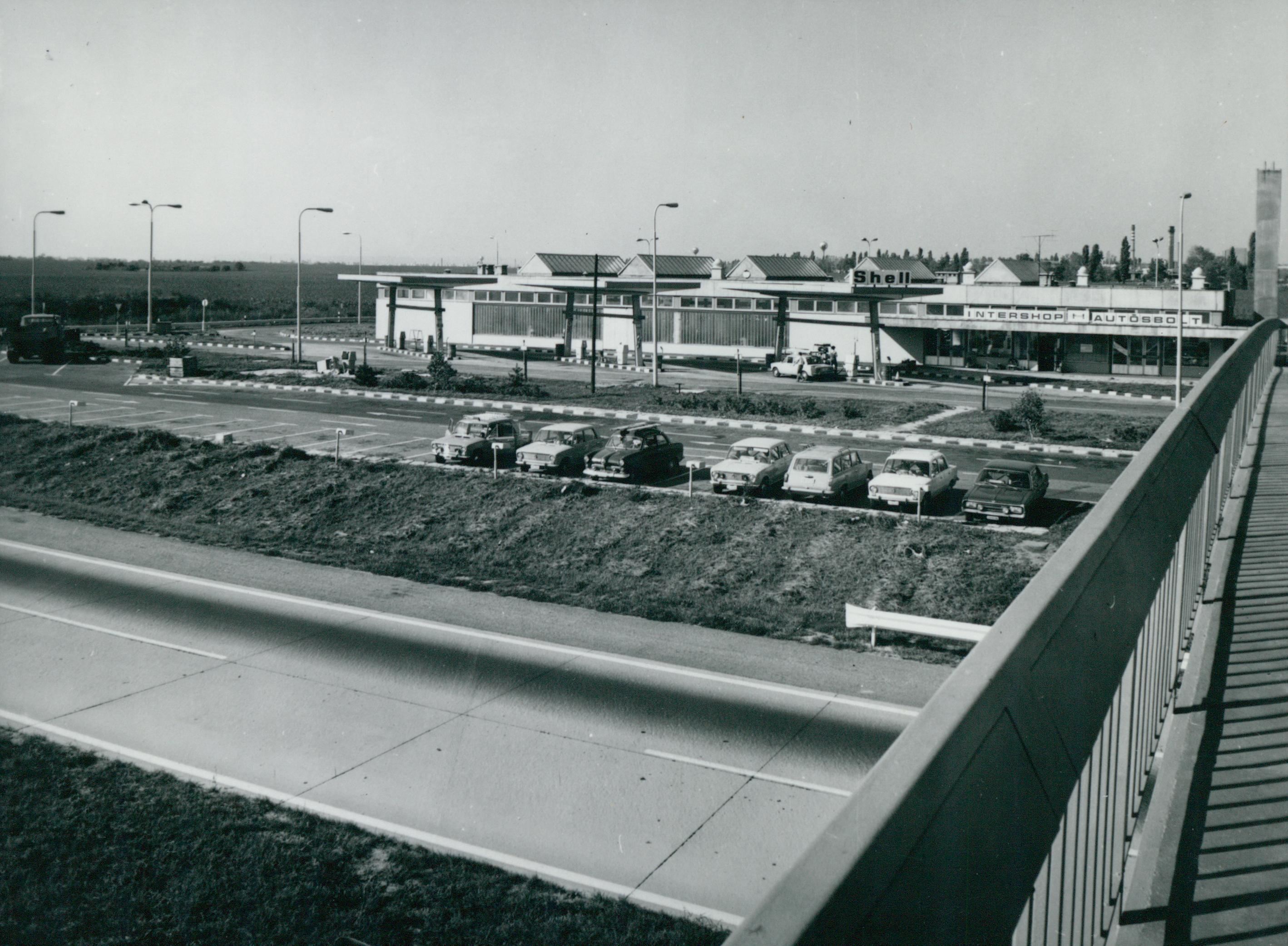 Autósbolt és töltőállomás a velencei pihenőhelyen