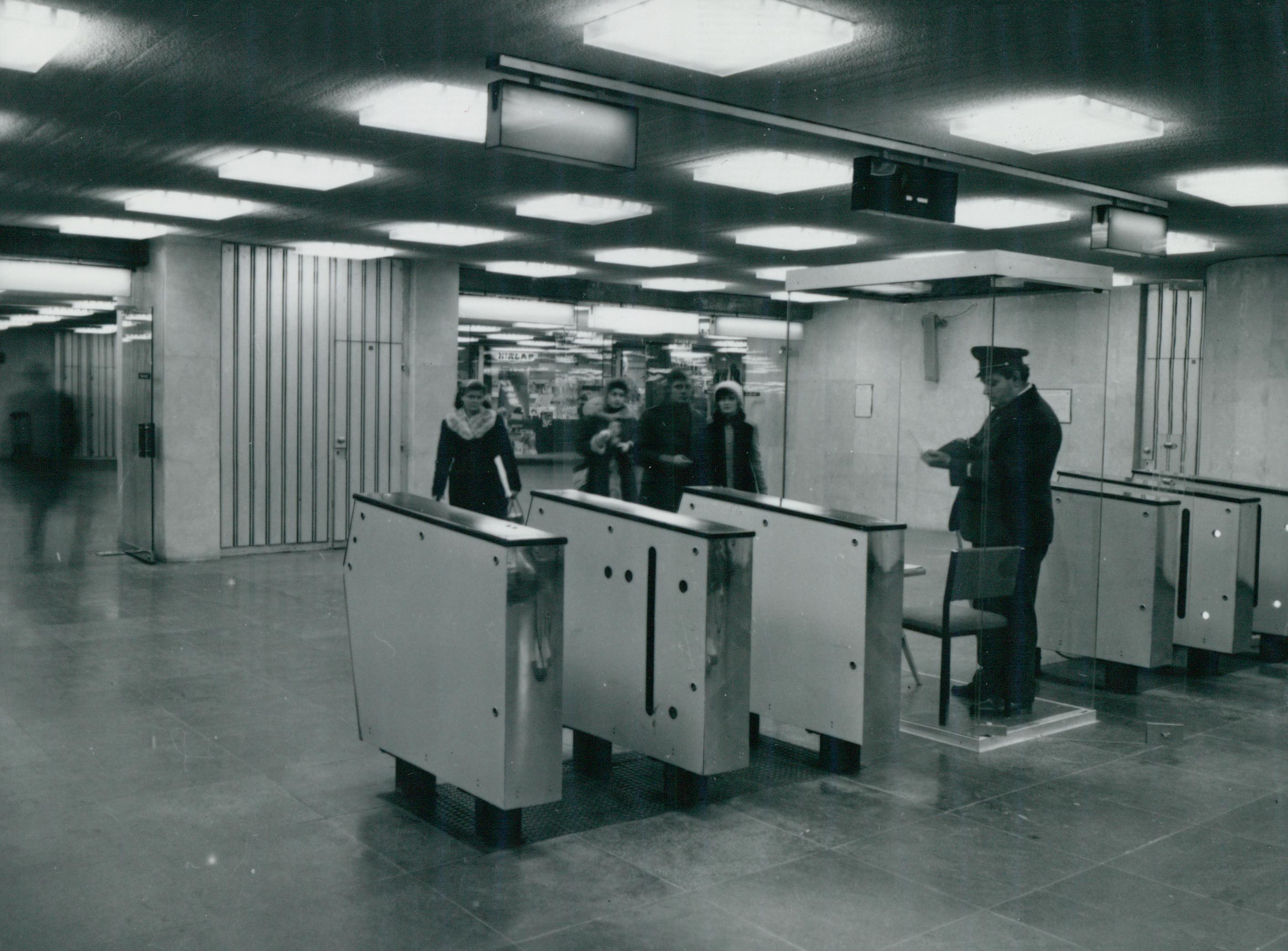 Jegykezelés a Deák téri metró aluljáróban