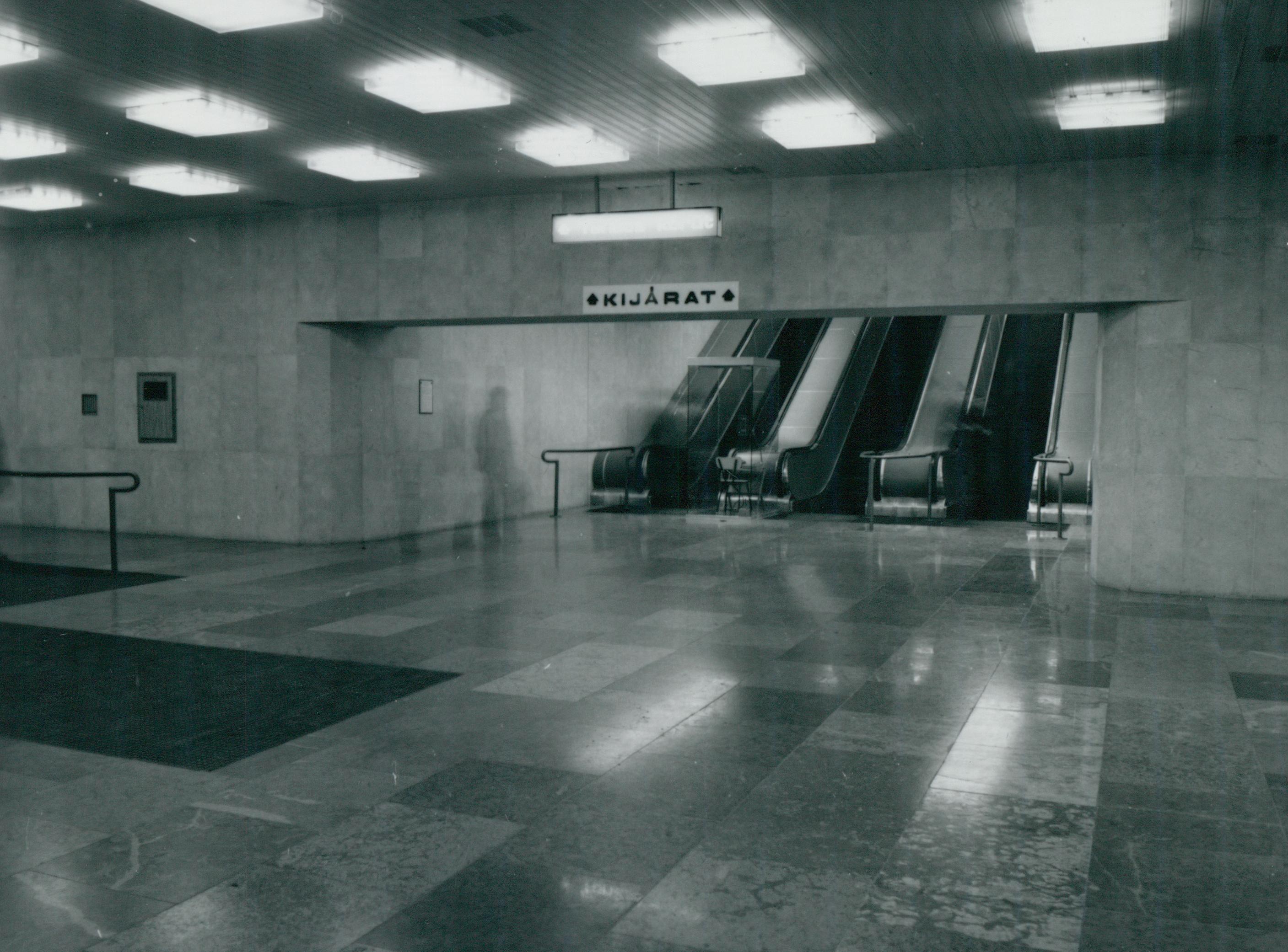 Mozgólépcsők a Deák téri metró aluljáróban