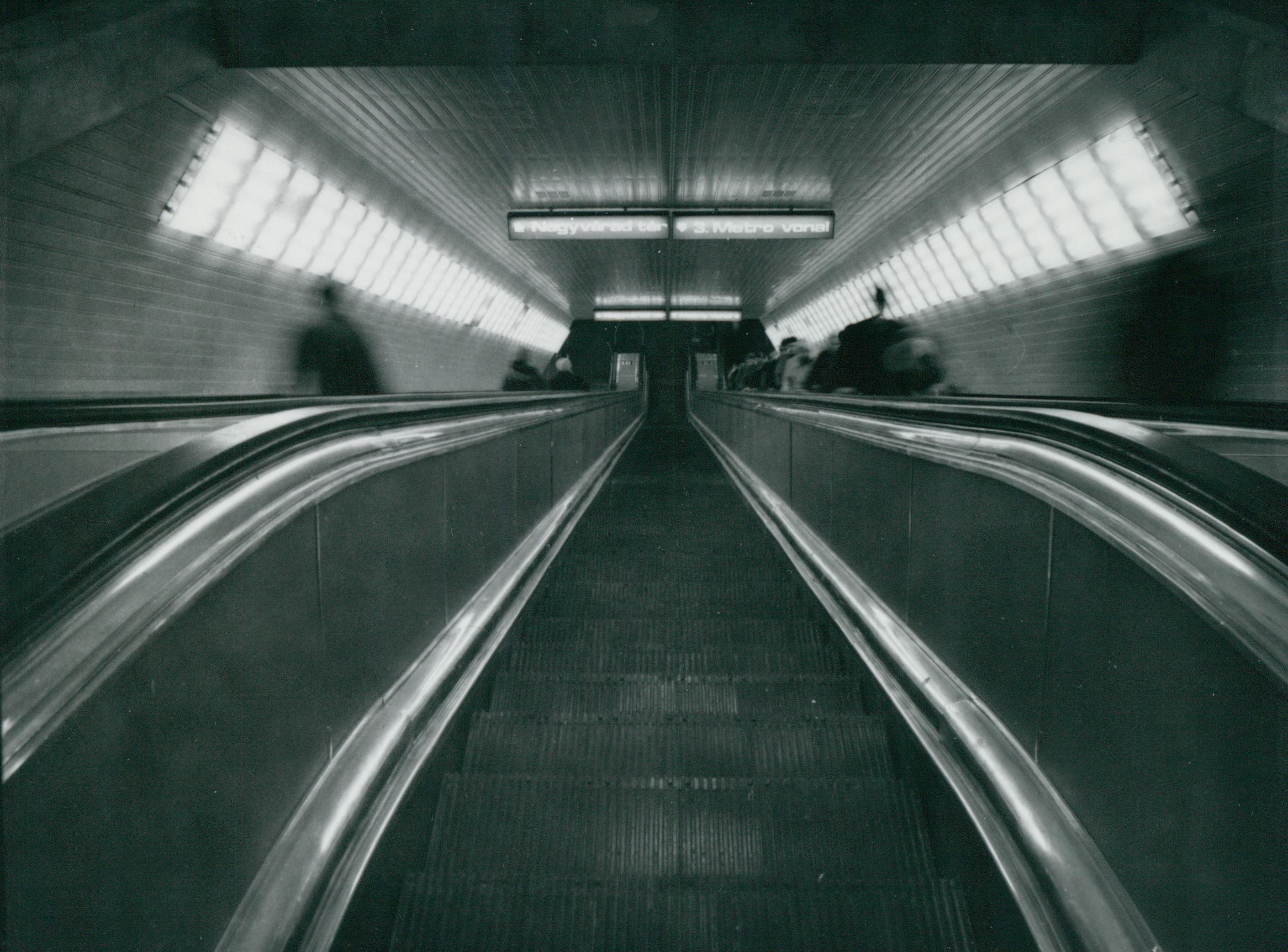 Mozgólépcsős lejárat a 3-as metró Deák téri mélyállomásához