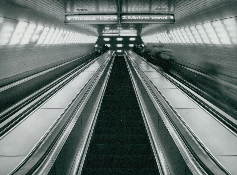 Feljárat mozgólépcsővel a 3-as metró Deák téri mélyállomásáról