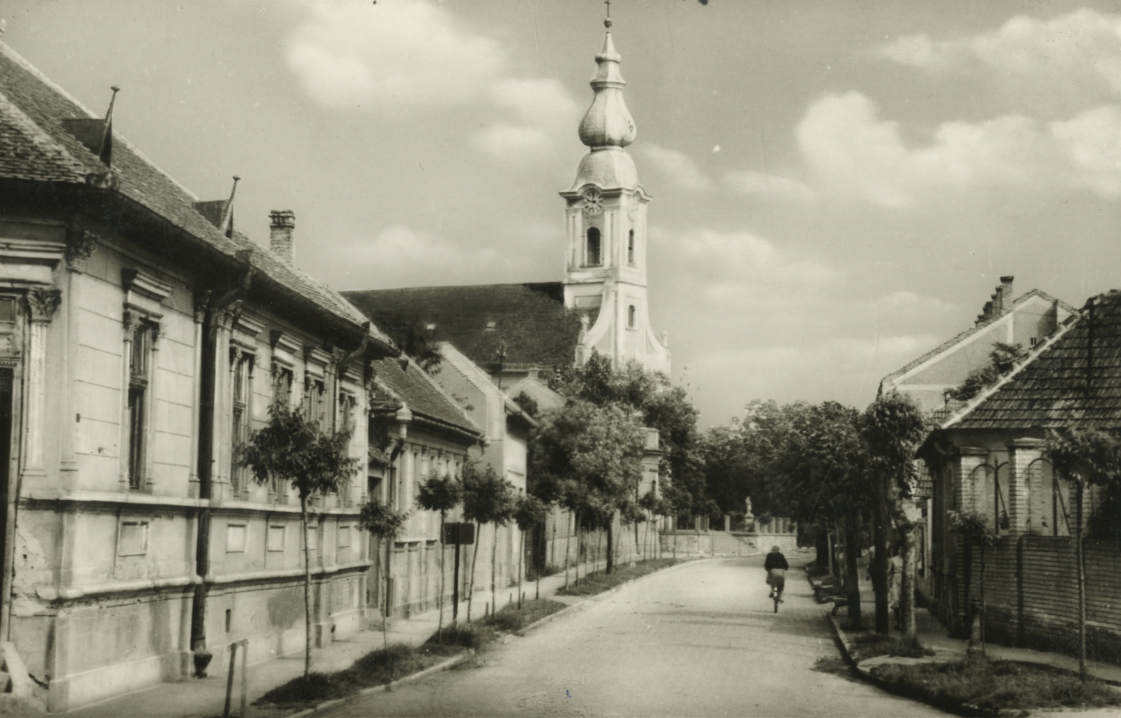 Kiskunhalasi utcakép az Alsóvárosi Szent Péter és Pál apostolok-templommal
