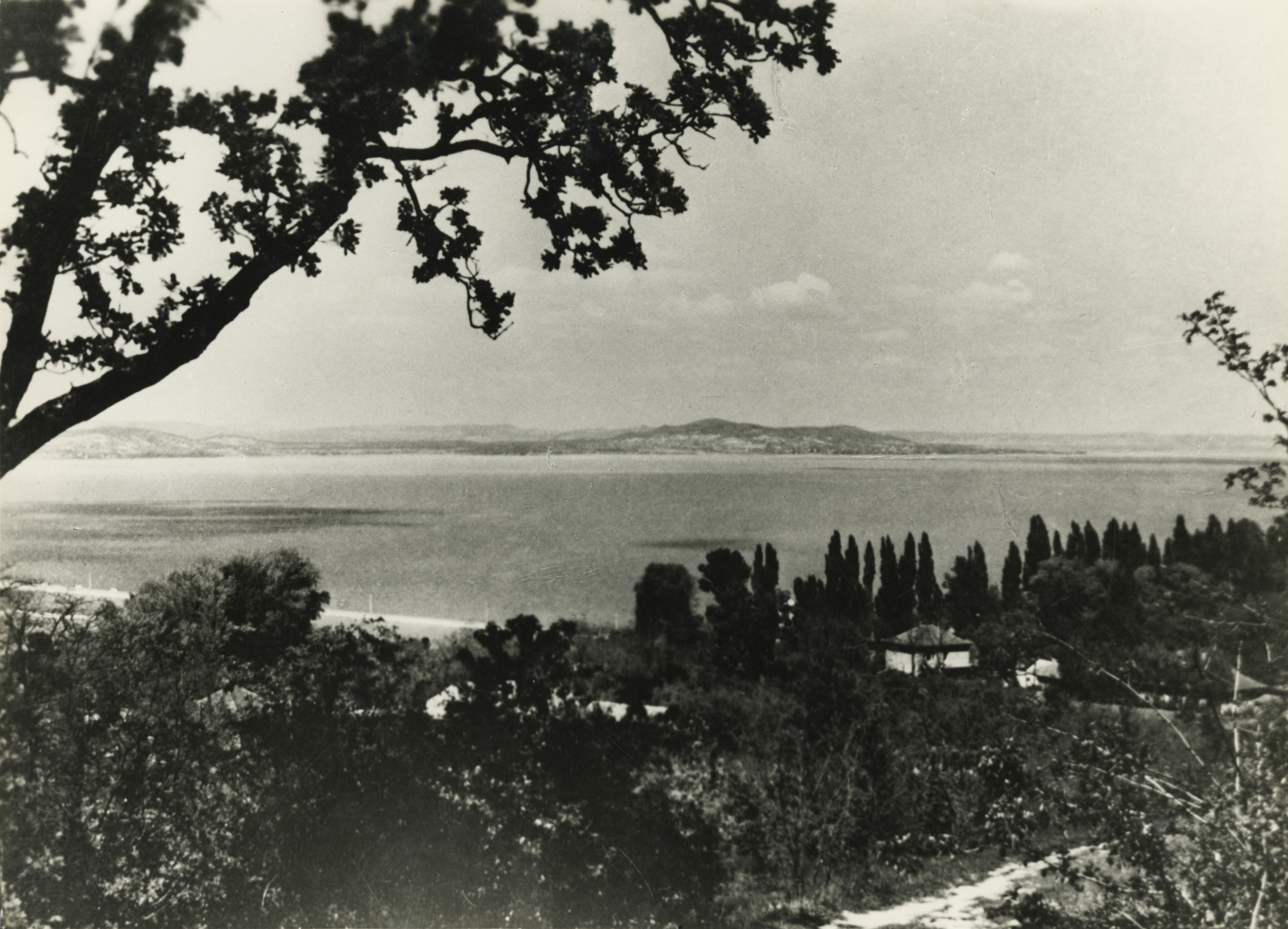 Látkép Fonyódról a Balaton északi partja felé