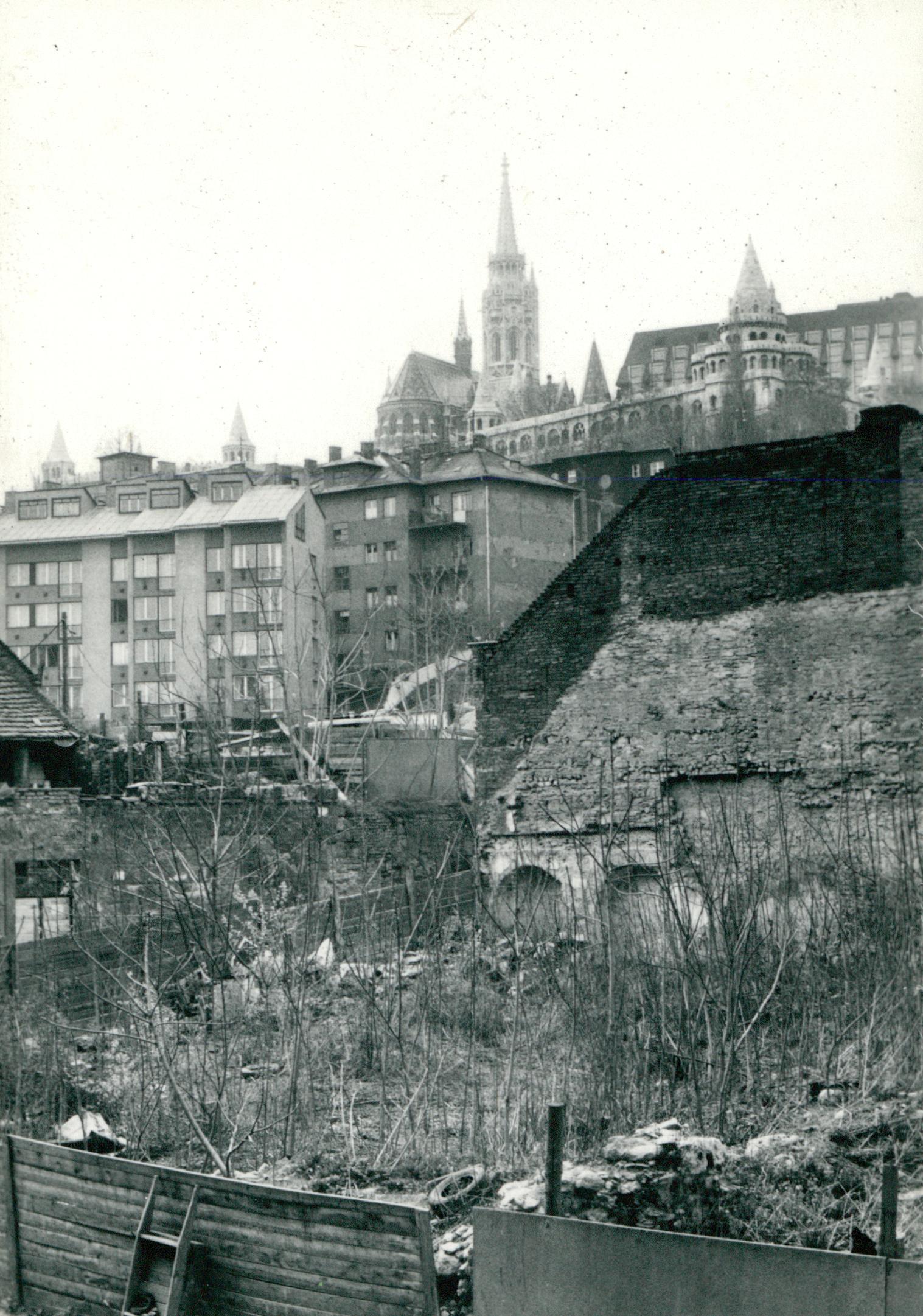 Állapotfelmérés az I. kerületben, háttérben a budavári Nagyboldogasszony-templommal (Mátyás-templom)