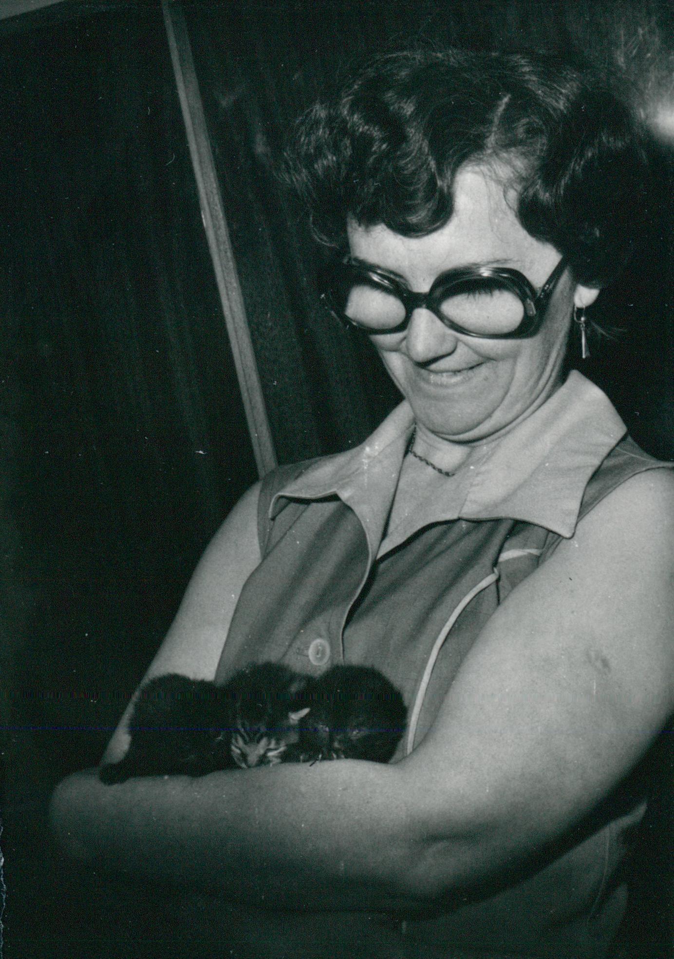 Nő macskával