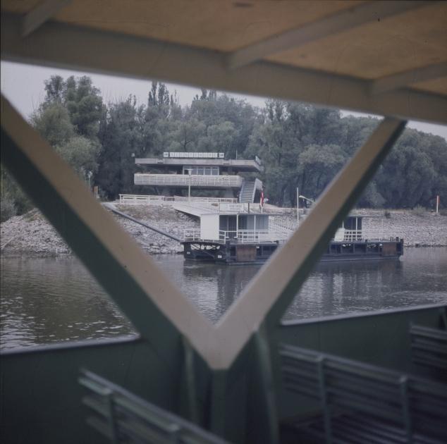 A szentendrei hajóállomás épülete egy hajóról nézve